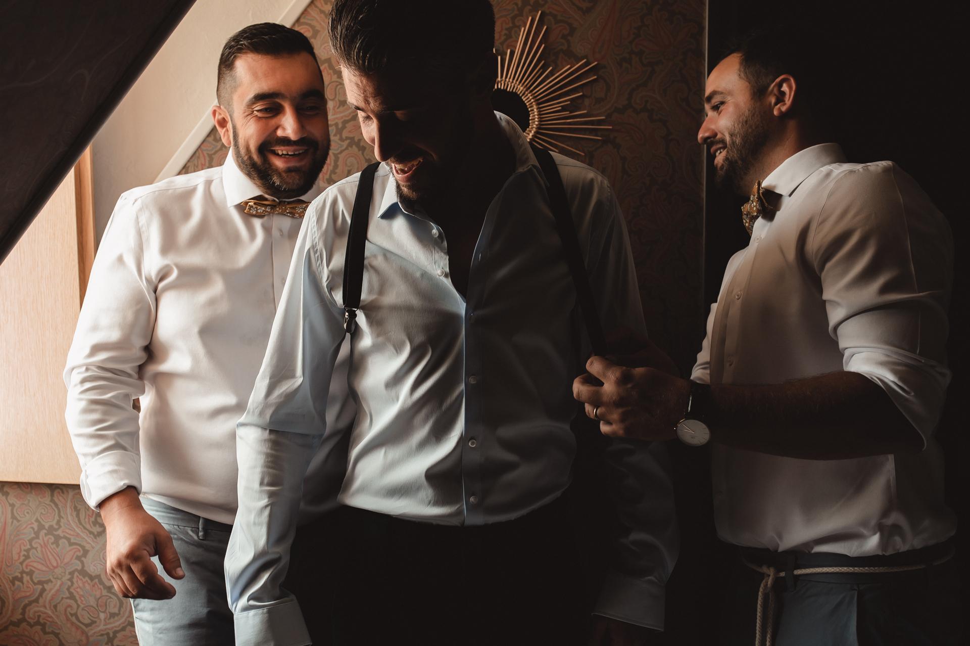 法国最佳婚礼摄影| 新郎和他的服务员为仪式做准备