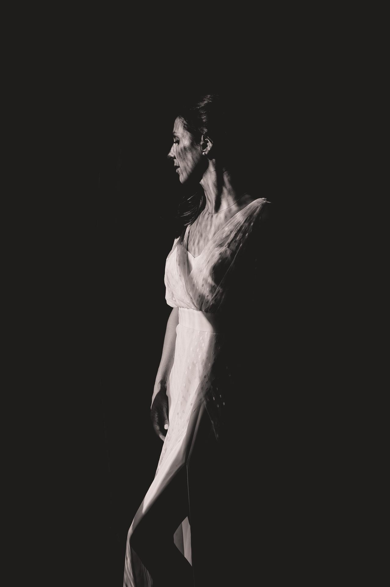 法国婚礼摄影师| 新娘摆出阳光普照的肖像