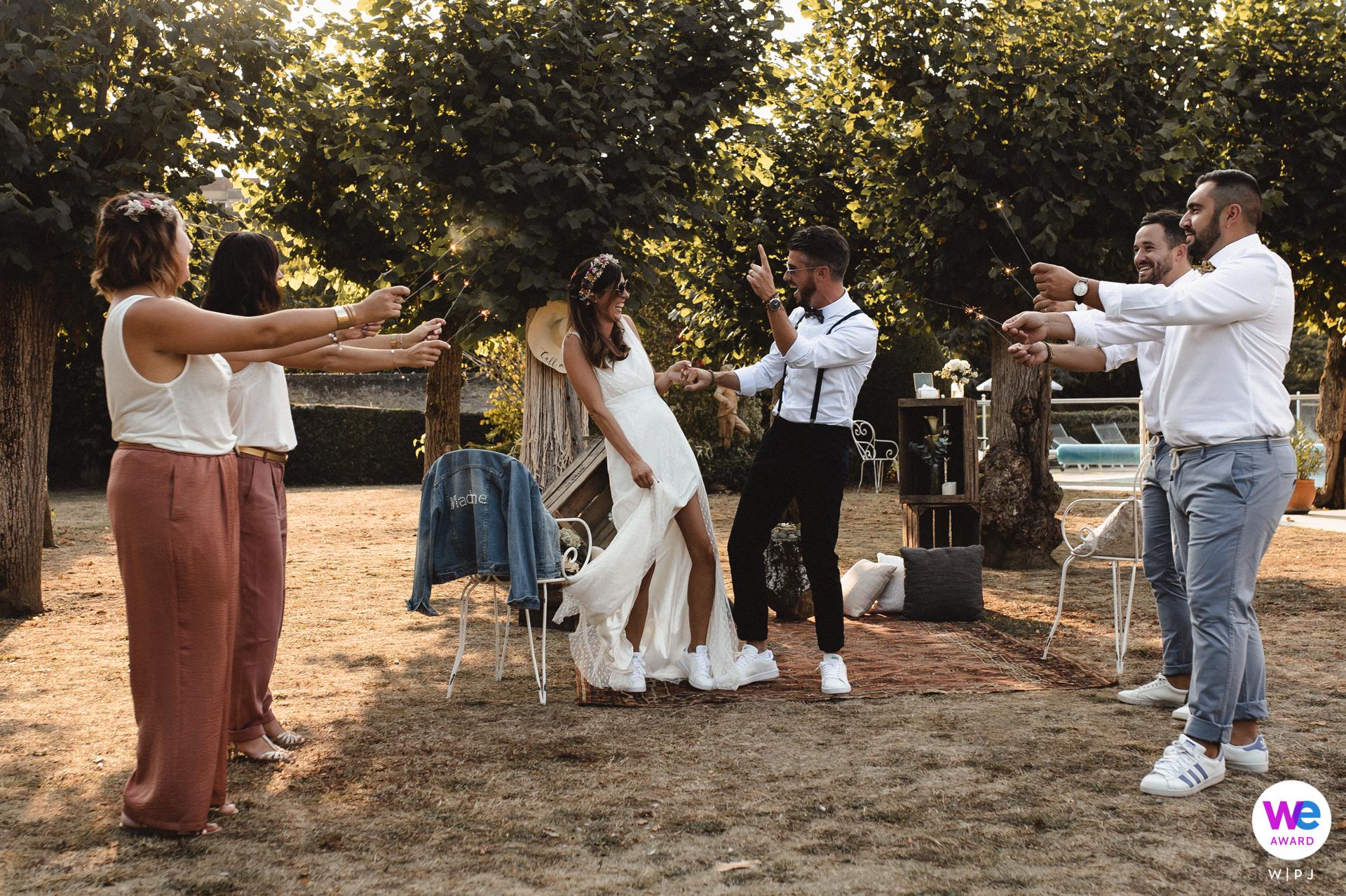 克雷兹河畔阿让顿的婚礼摄影新娘和新郎随着音乐跳舞