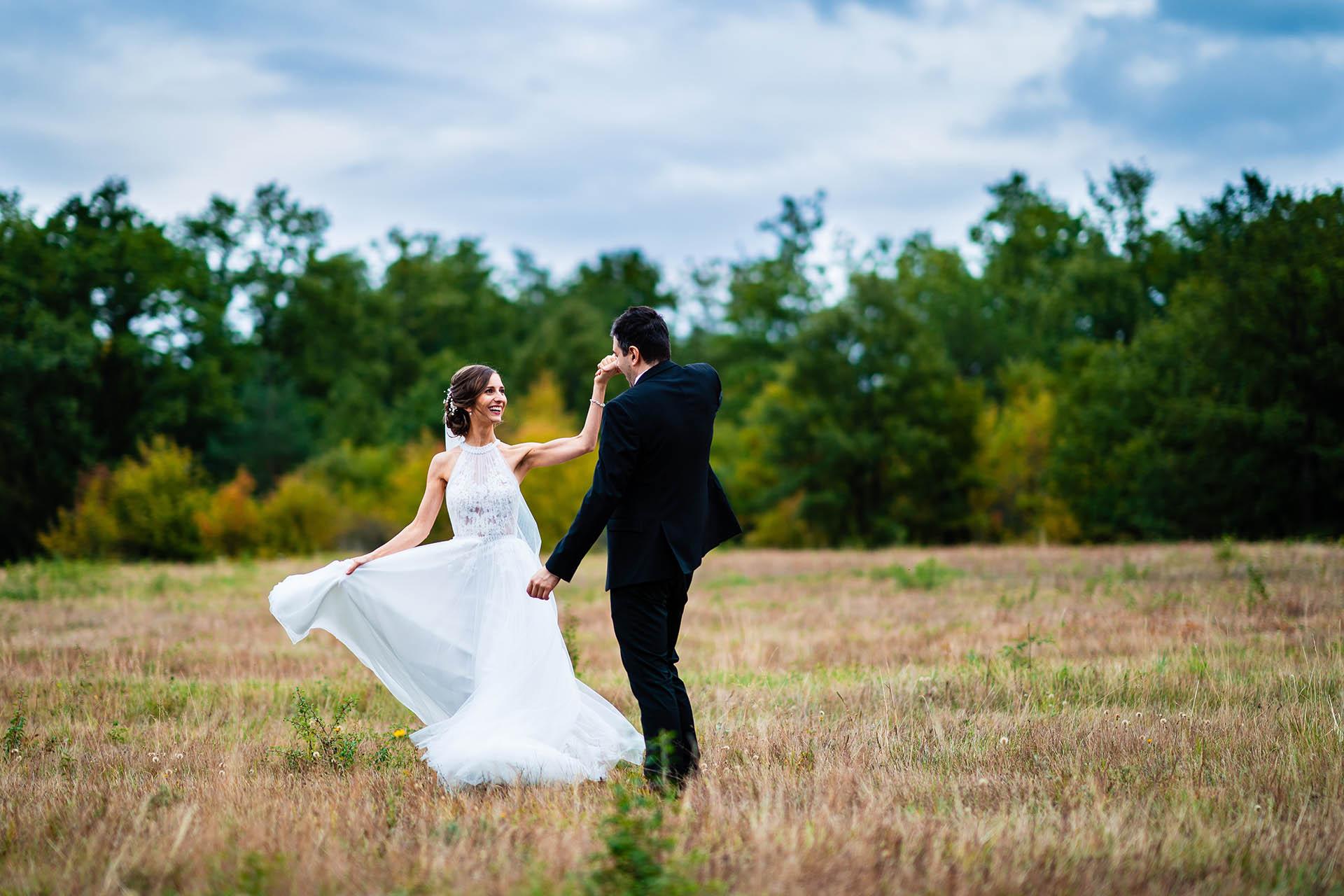Villa Ekaterina Hochzeitspaar Portraits bei Vakarel, Bulgarien | Das Brautpaar braucht einige Momente, um für Bilder zu posieren