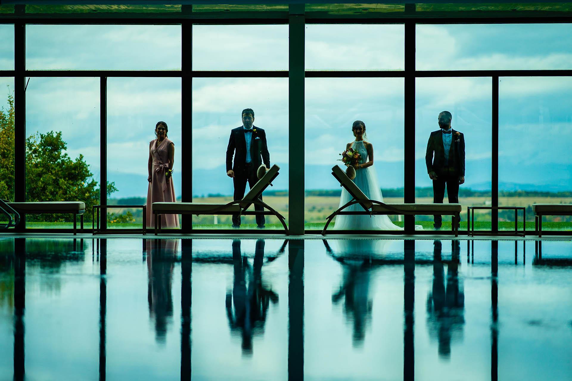 Vakarel, Bulgaria Villa Ekaterina Wedding Party Portrait | La sposa e lo sposo posano con la loro damigella d'onore e testimone