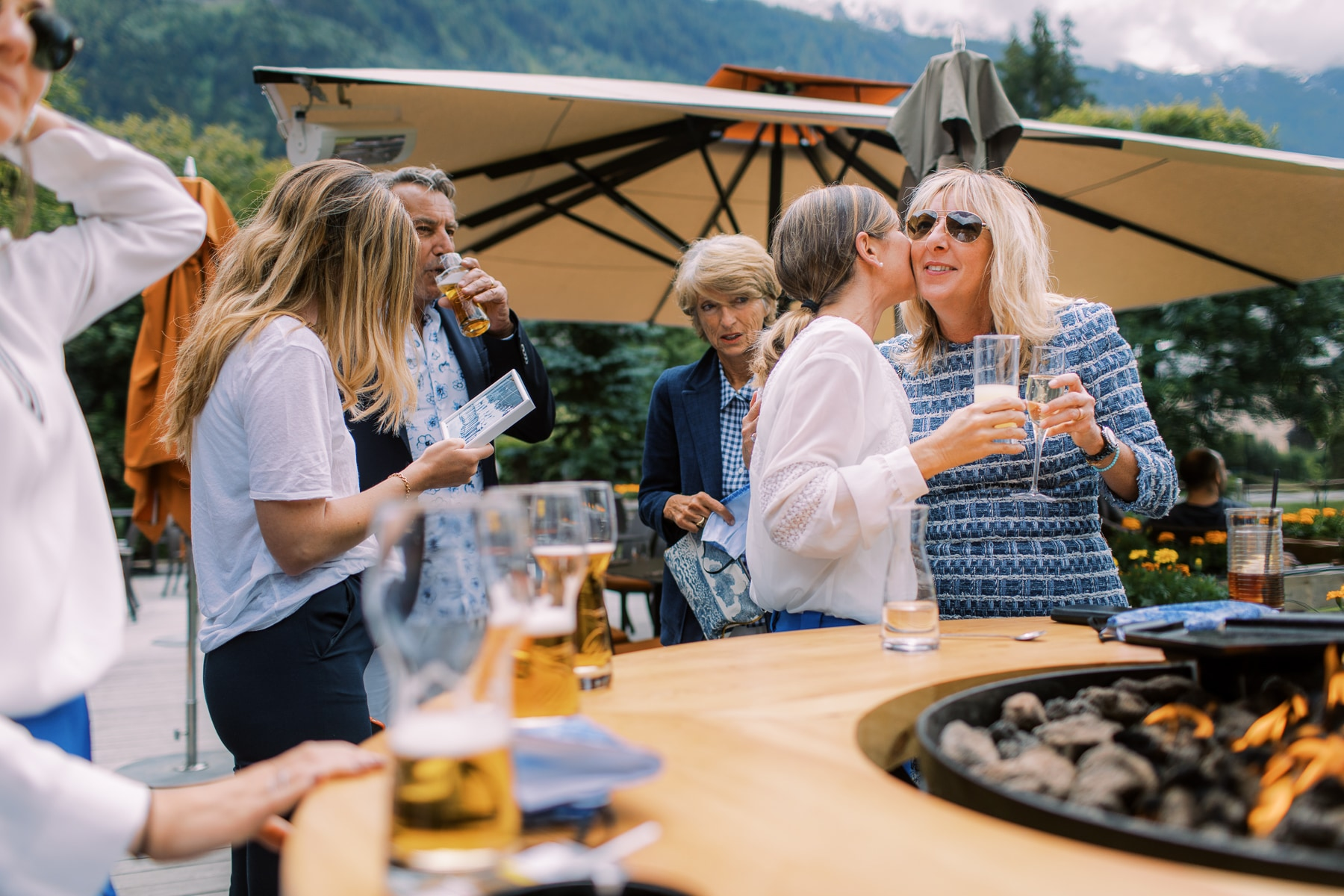 La Cabane des Praz, Chamonix, France Image de lieu de mariage | Les amis les plus proches des couples et les membres de la famille sirotent des cocktails