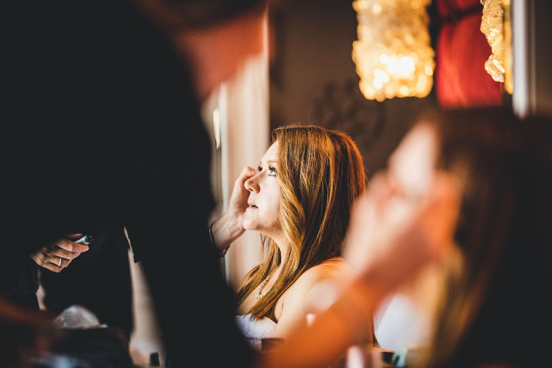 Zdjęcie ślubne z hotelu w Wenecji Ca 'Sagredo   Wizażystka nakłada makijaż panny młodej