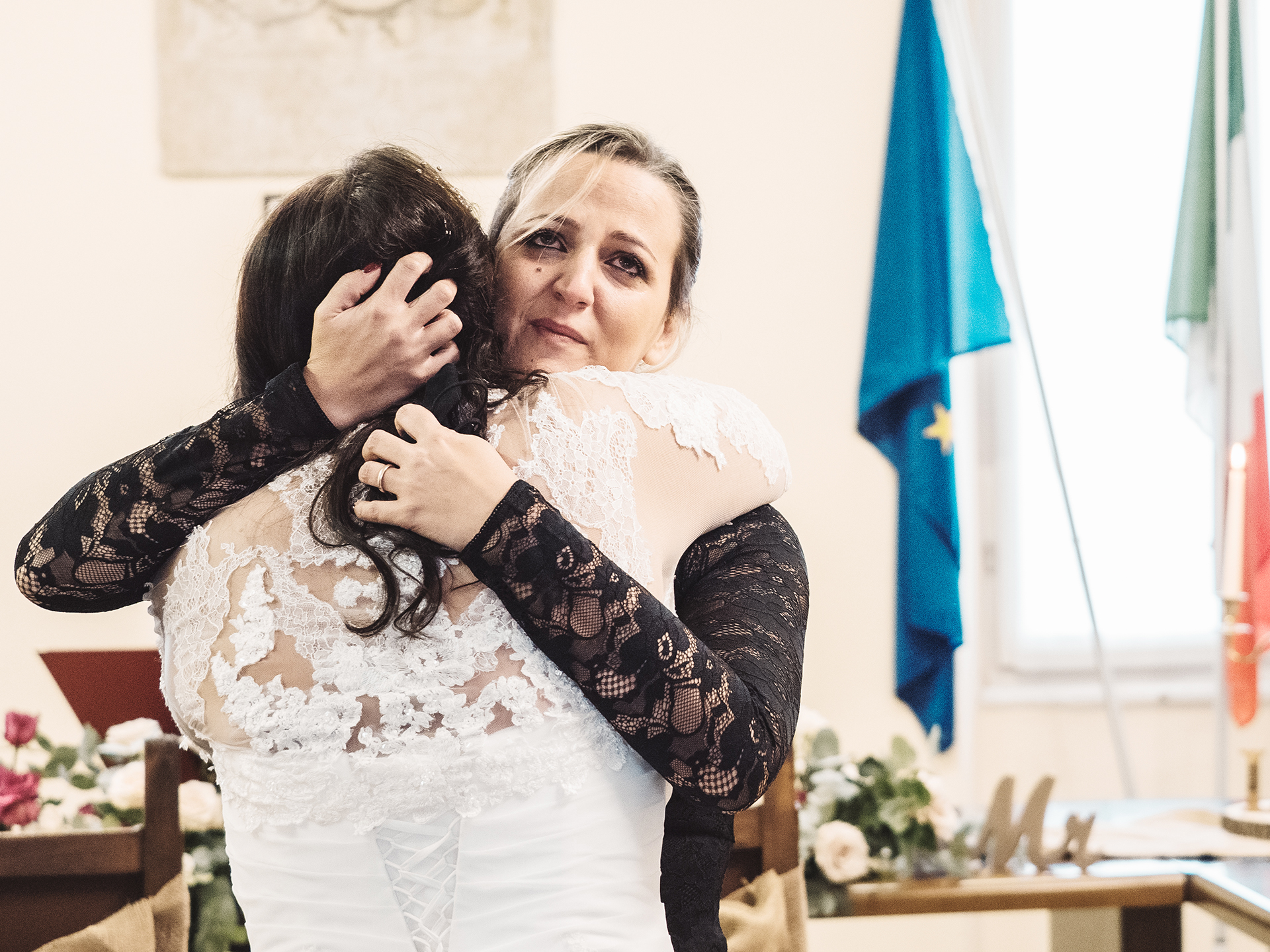 Italian Wedding Photographers | The bride's sister hugs her excitedly