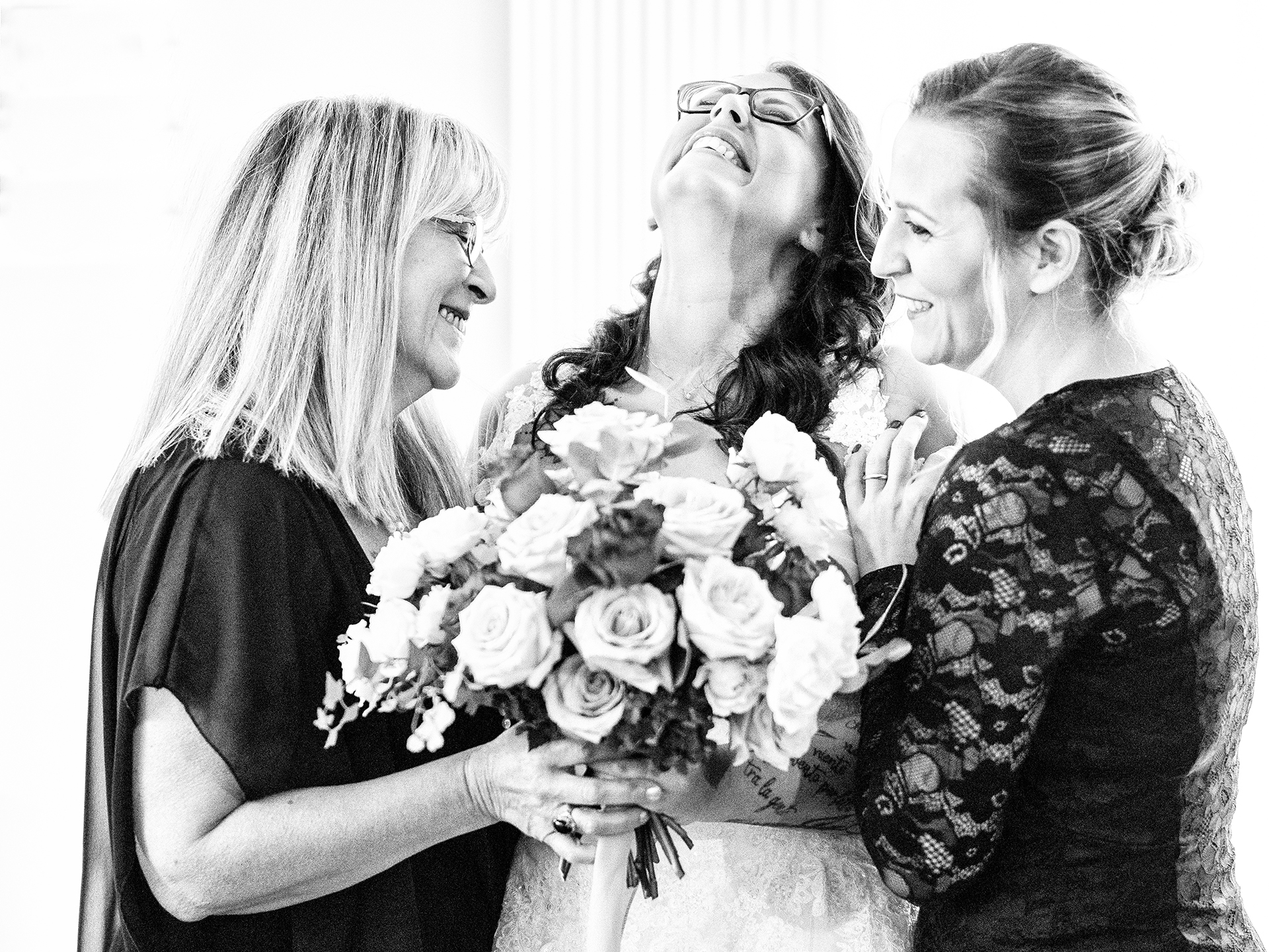 Vidigulfo - Pavia - Italy Wedding Photography | The bride stands between her mother and sister