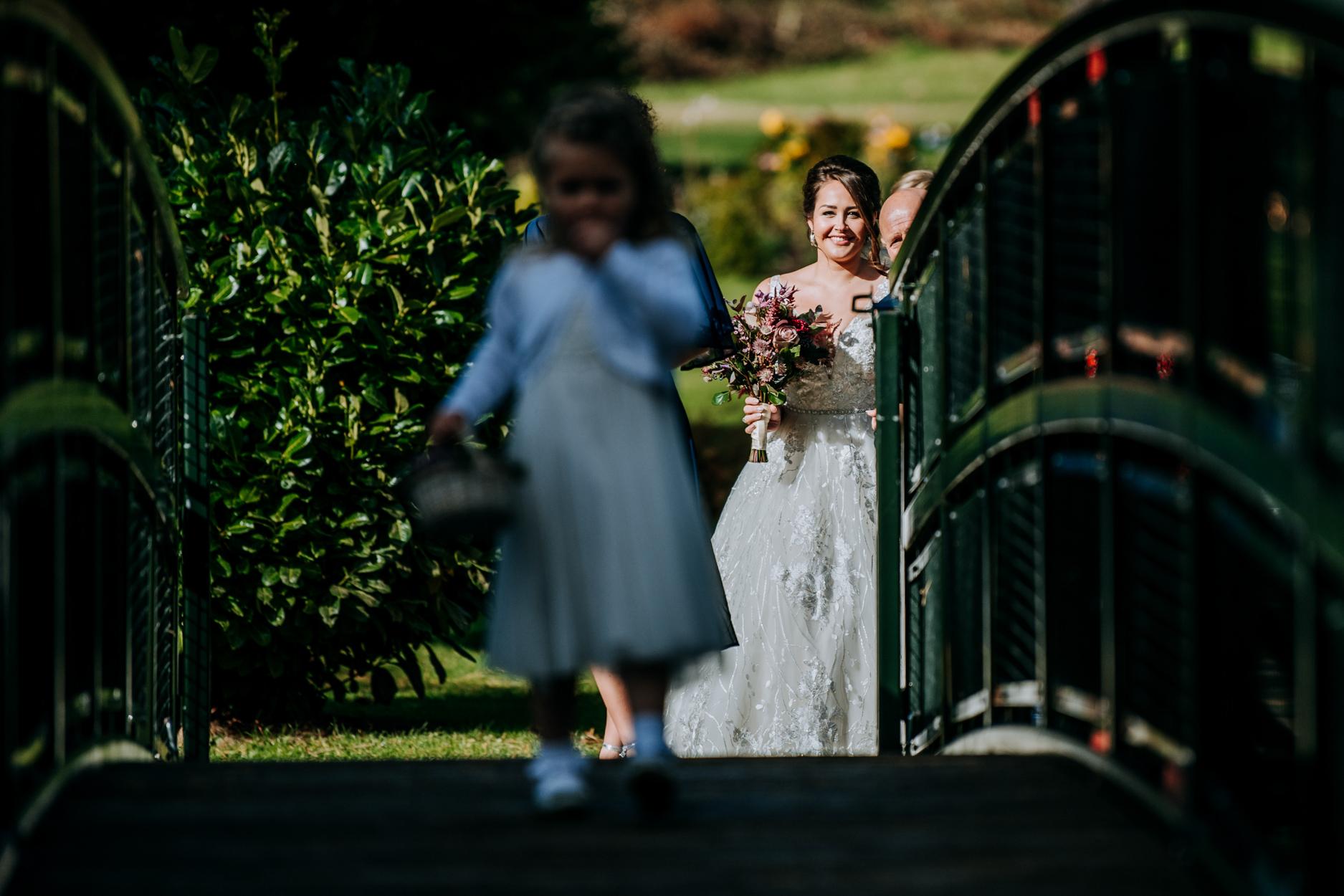 Photographe de mariage Hackness Grange - Scarborough | la mariée regarde fièrement sa fille traverser le pont