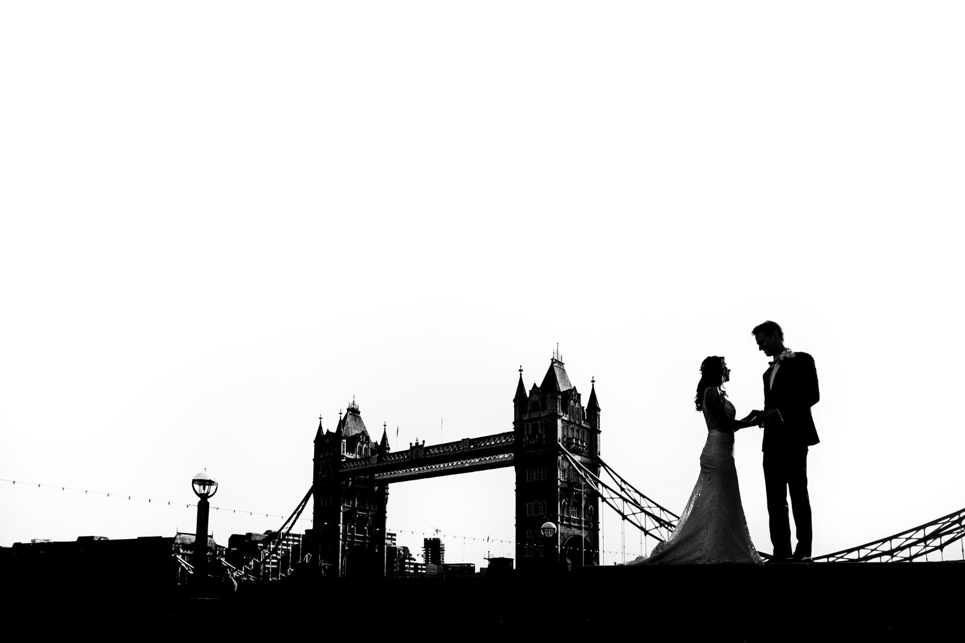 Portraits de mariage de Tower Bridge à Londres | Temps de photo avant la cérémonie civile du couple