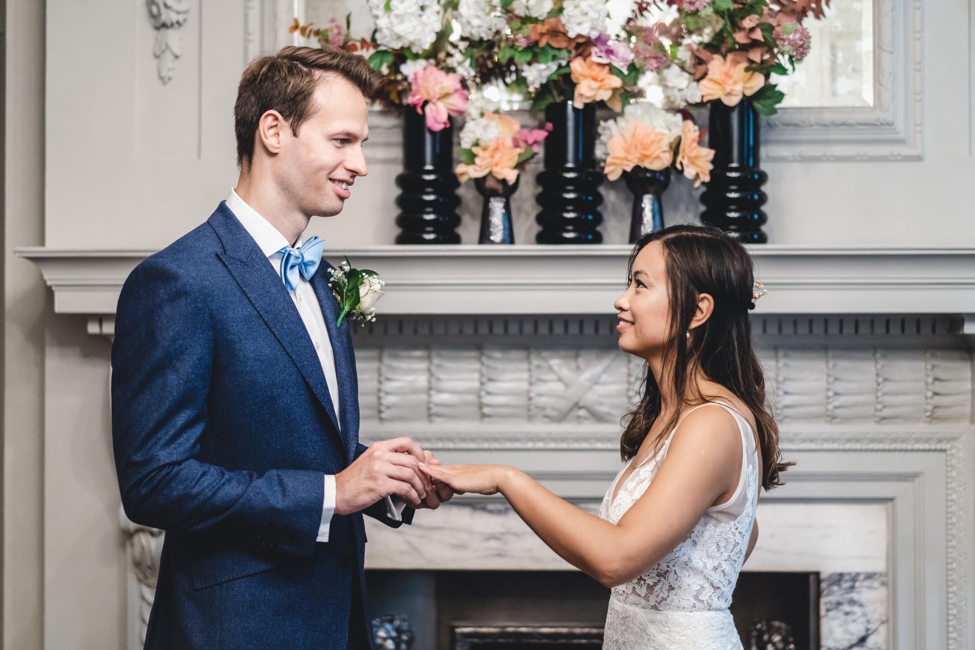 Marylebone Town Hall Photographes de mariage | les mariés échangent des alliances