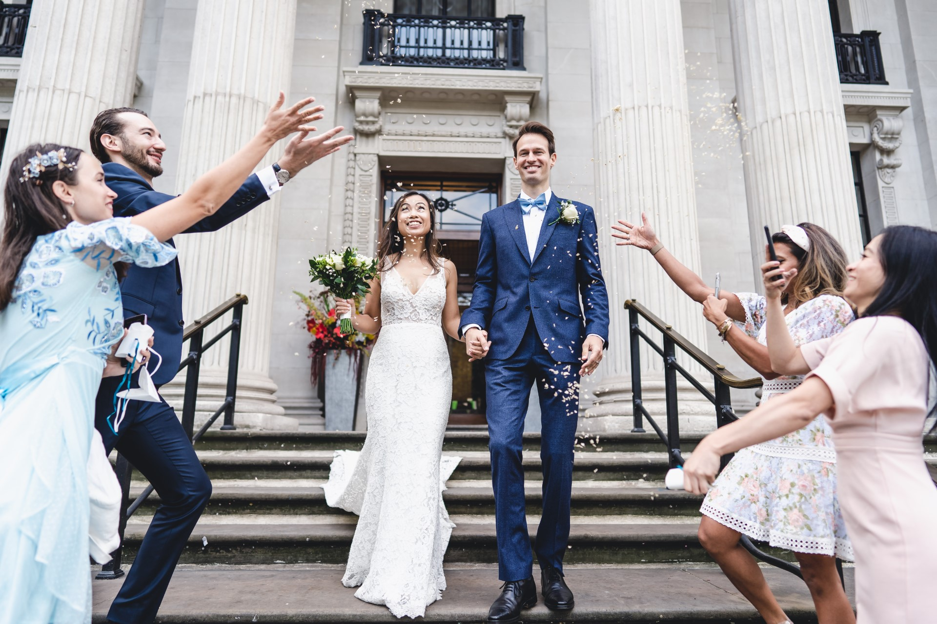 Mariage Pix de la maison du conseil de Westminster | Les mariés sont couverts de confettis