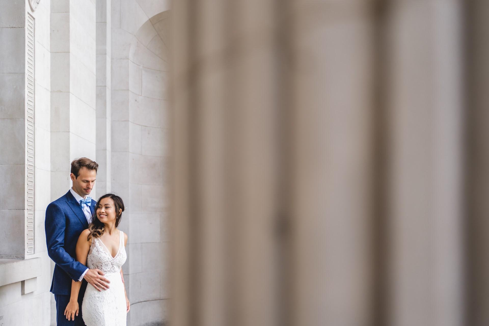 Photographe de mariage Westminster Council House | Les mariés partagent du temps ensemble pour des photos posées