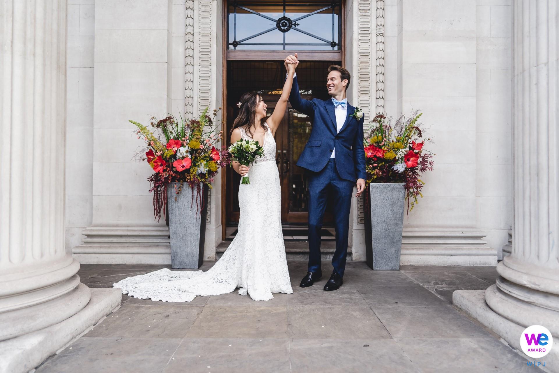 Photos de mariage Old Marylebone Town Hall | Les jeunes mariés étaient si heureux d'être enfin mariés