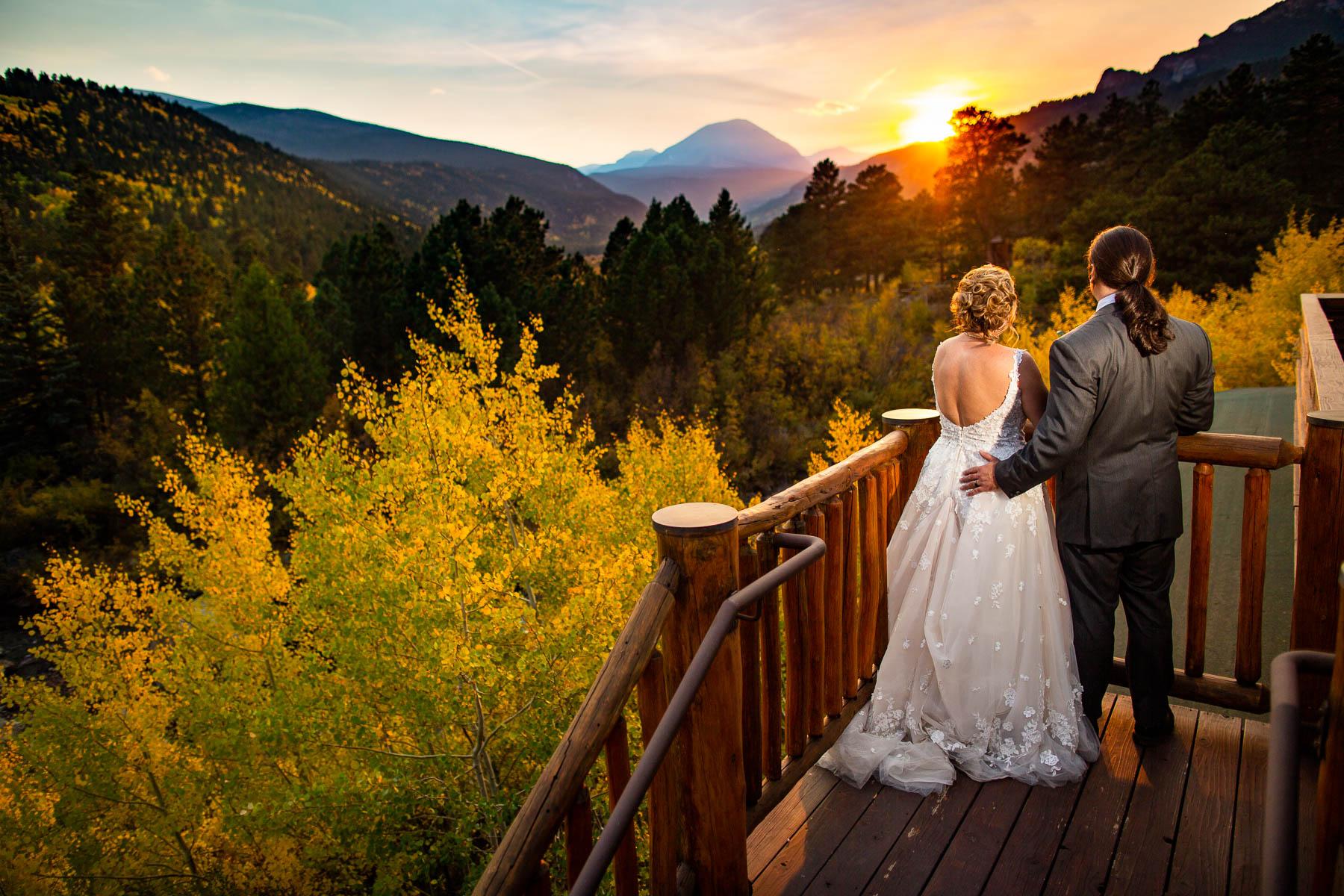 Foto di matrimonio al Wild Basin Lodge, Allenspark, Colorado | la coppia si diresse verso il balcone sul tetto