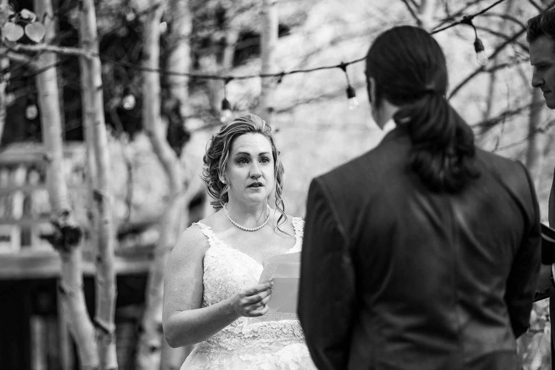 Foto di matrimoni nel bacino selvaggio nelle montagne del Colorado | La sposa legge i voti emotivi