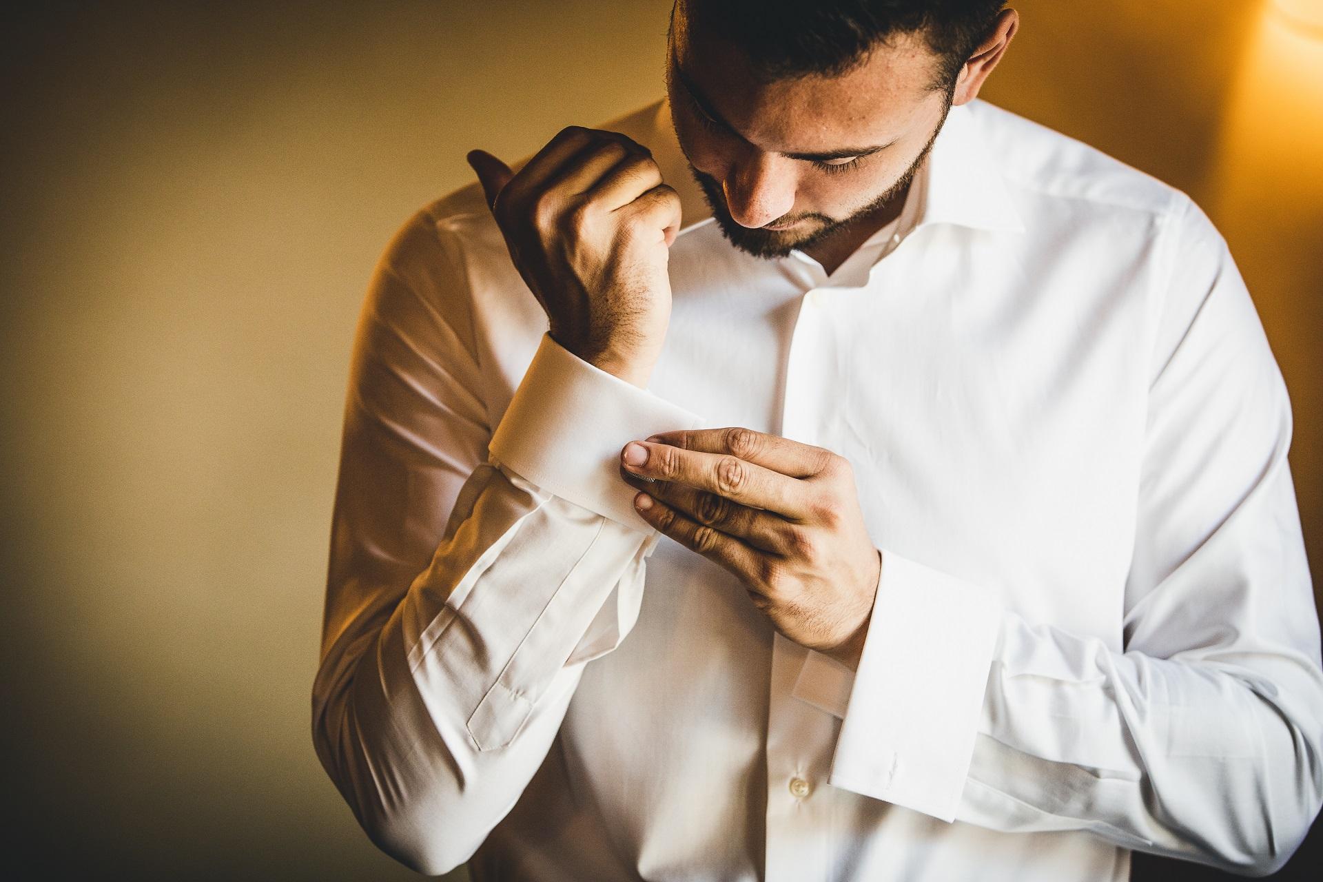 Fotograf ślubny Werona, Włochy | Pan młody starannie zapina mankiety koszuli