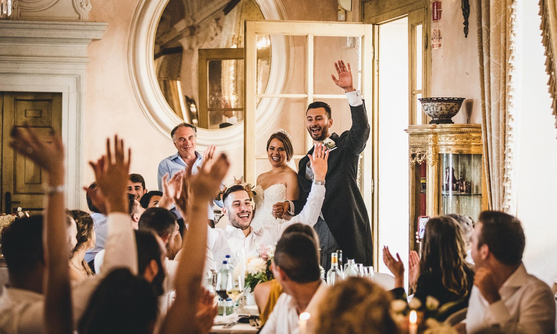Zamek Bevilacqua - Włochy Fotografowie ślubni | panna młoda i pan młody są witani na przyjęciu