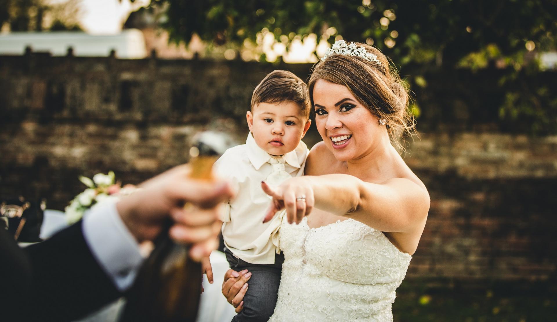 Castello Bevilacqua, Werona Włochy Zdjęcia ślubne | Panna młoda trzyma jednego ze swoich najmłodszych gości weselnych