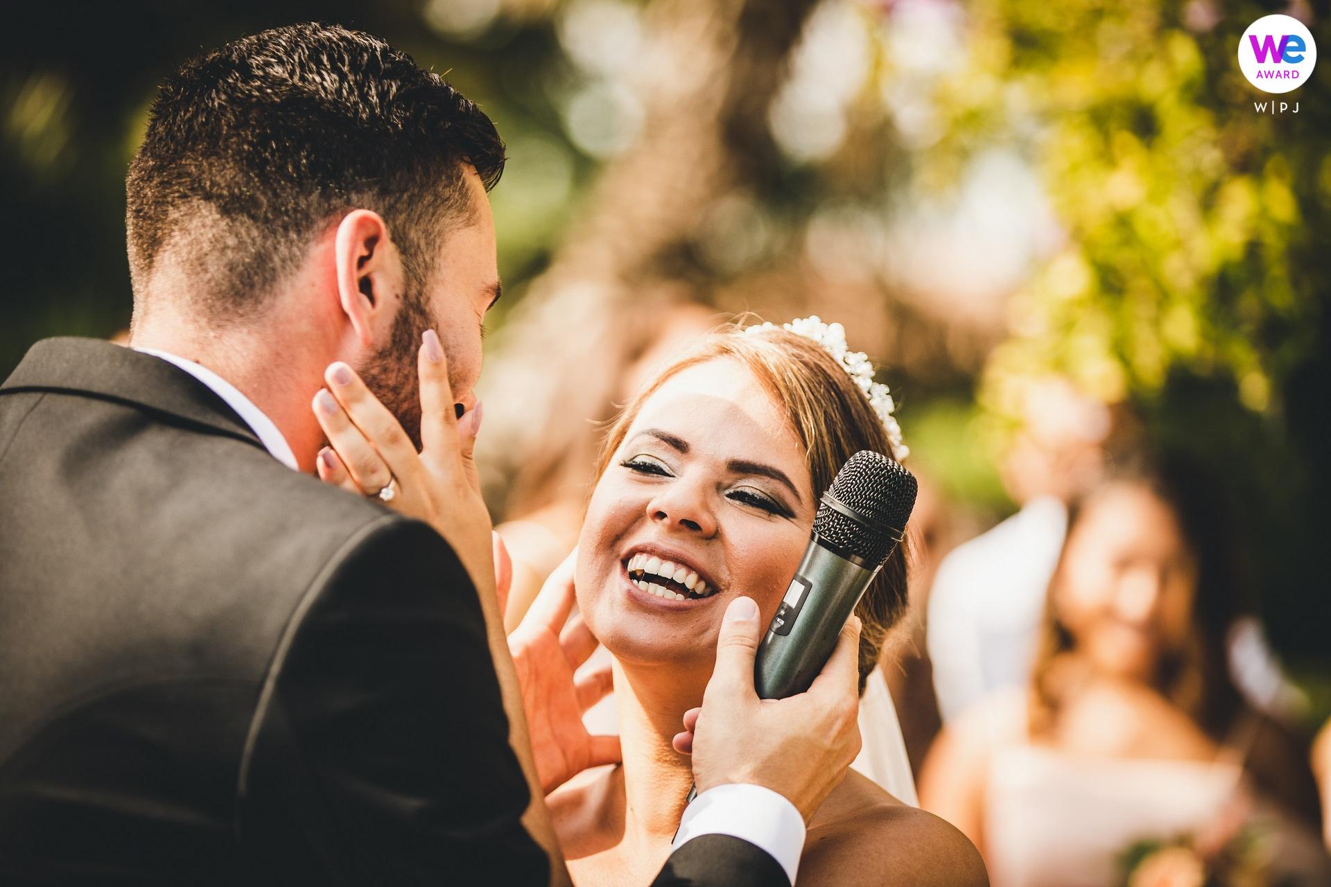 Zdjęcia ślubne z Castello Bevilacqua Verona, IT | Panna młoda patrzy na pana młodego z uniesieniem i radością
