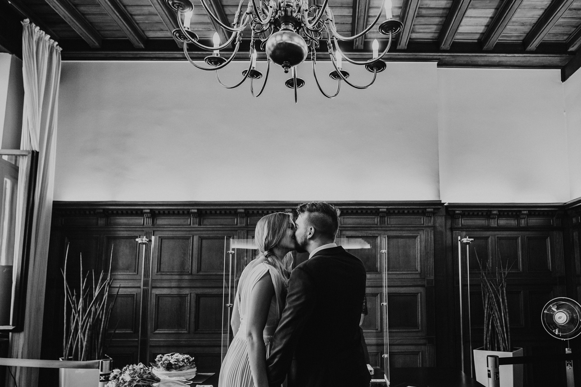 Düsseldorfer standesamtliche Trauung, Deutsches Hochzeitsfoto | Braut und Bräutigam teilen sich am Ende ihrer Zeremonie einen kurzen, aber süßen Kuss