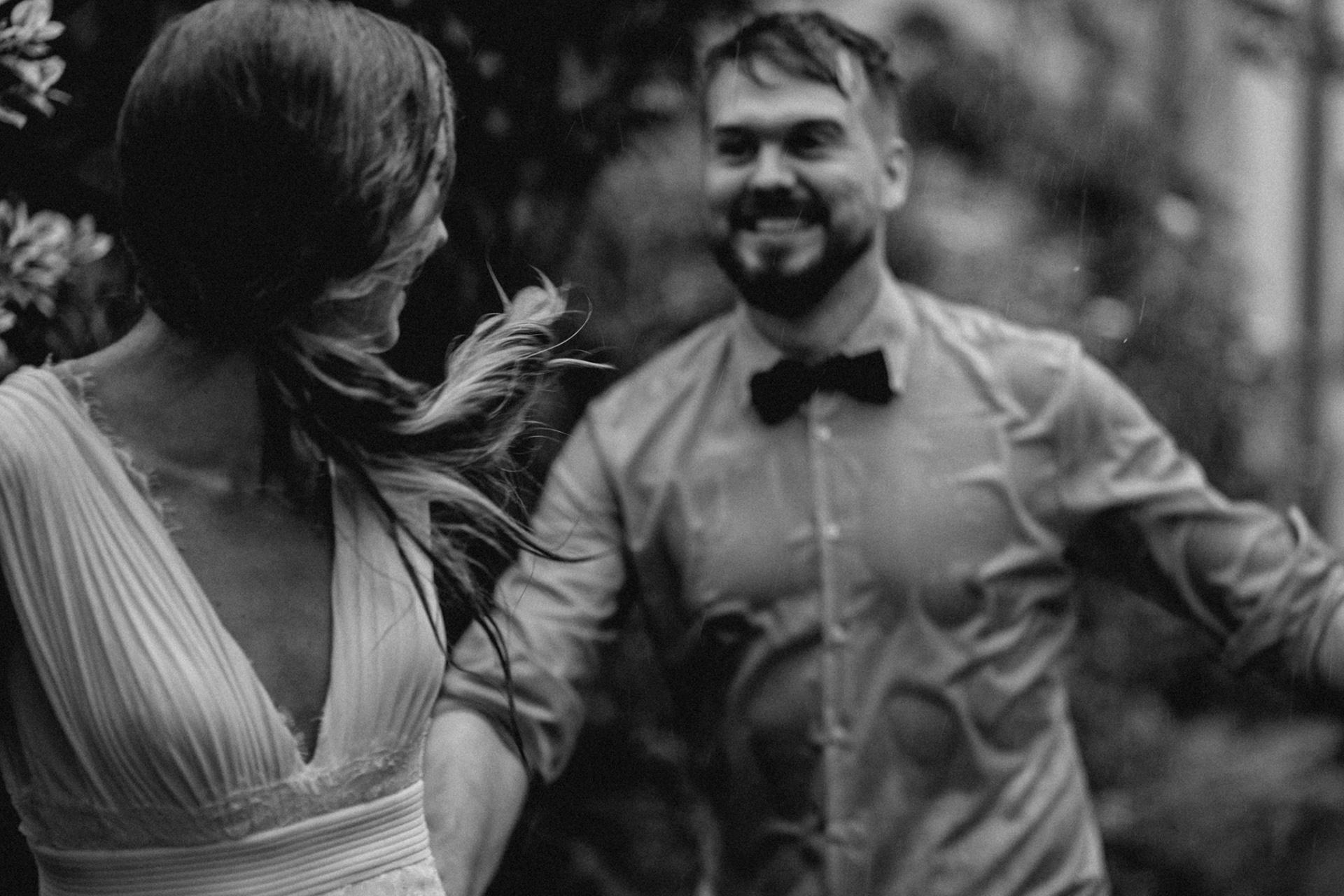Hinterhof Hochzeitsfotografie - Nordrhein-Westfalen | Die Braut nahm den Bräutigam bei der Hand und rannte in den Regen