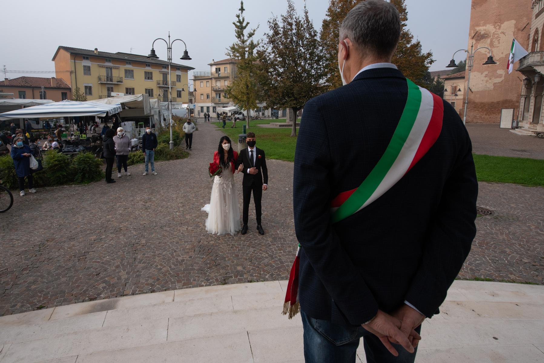 Teatro Nuovo Marmirolo Hochzeitsfotografie | Der Bürgermeister begrüßt das Brautpaar zur standesamtlichen Trauung