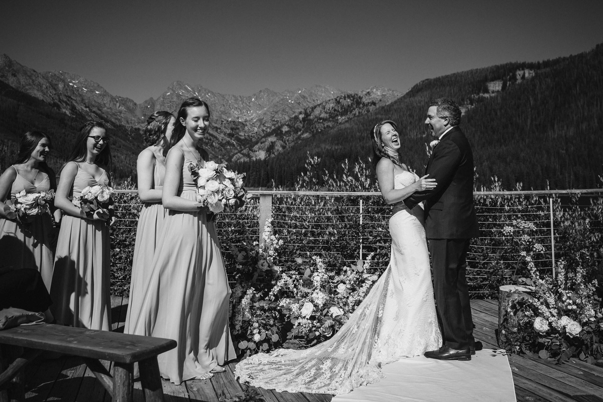 Gore Range, Piney River trouwfotograaf   lachen tijdens hun ceremonie