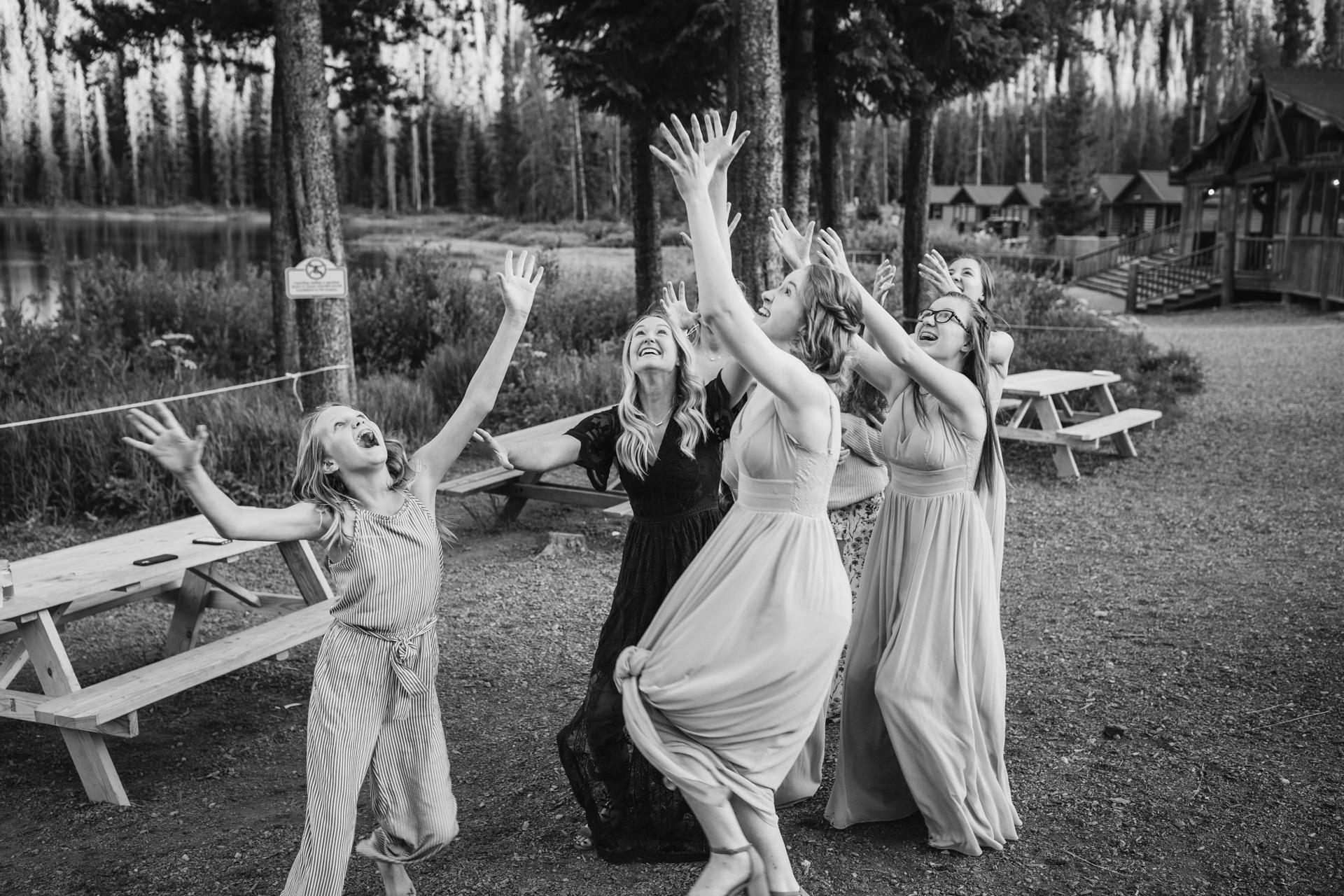 Vail Trouwafbeeldingen van Piney River Ranch, CO   Een kleine groep jonge bruidsmeisjes