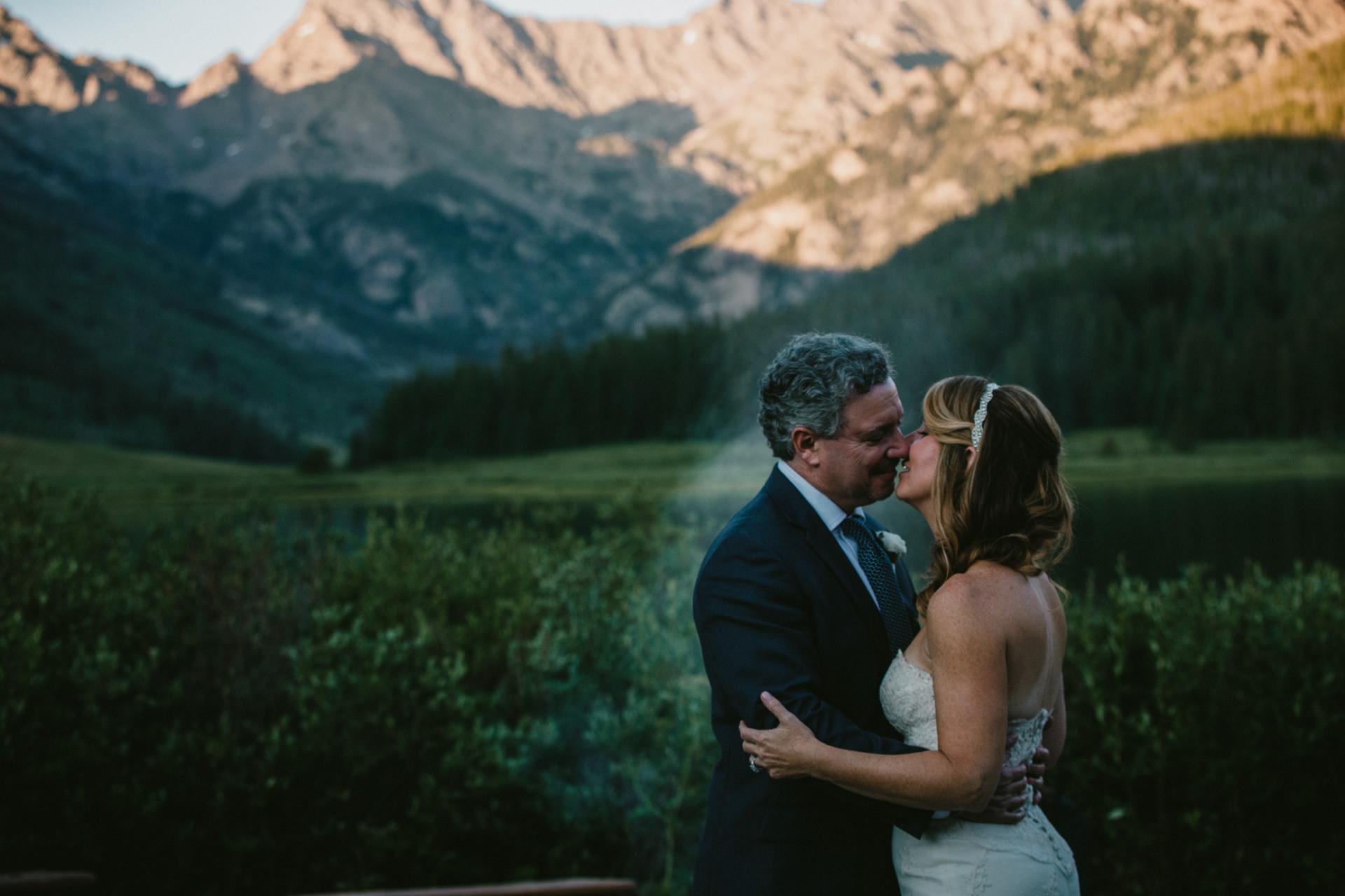 乡村韦尔婚礼照片-科罗拉多图像| 在刚熄灭的篝火前