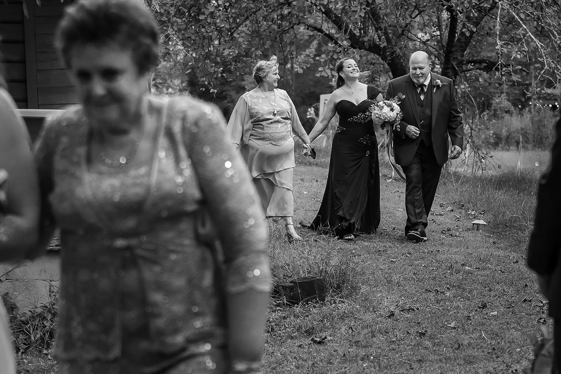 Ellijay, GA Fotografia di matrimonio | genitori che camminano lungo il corridoio