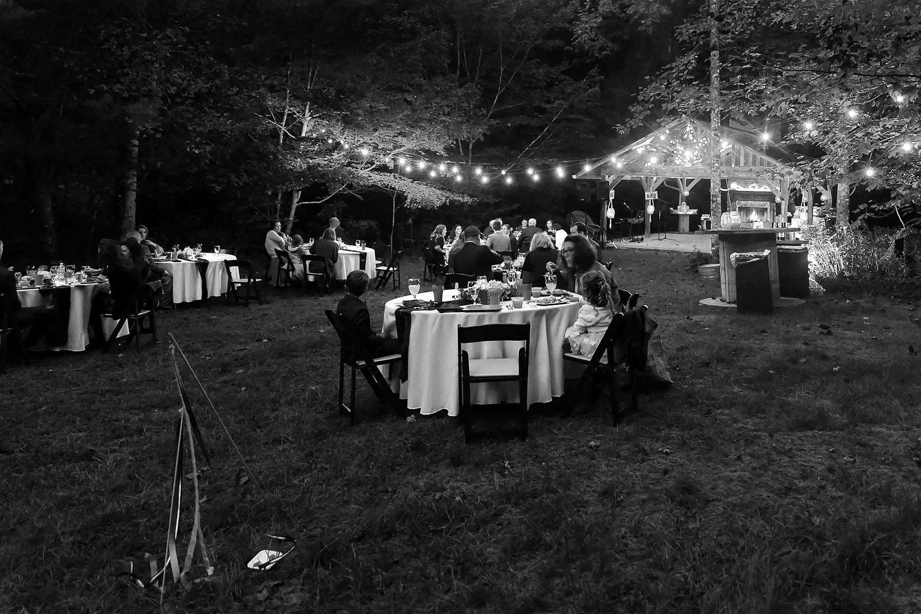 Fotografia di ricevimento di matrimonio GA | I tavoli sono stati allestiti per ospitare gruppi familiari