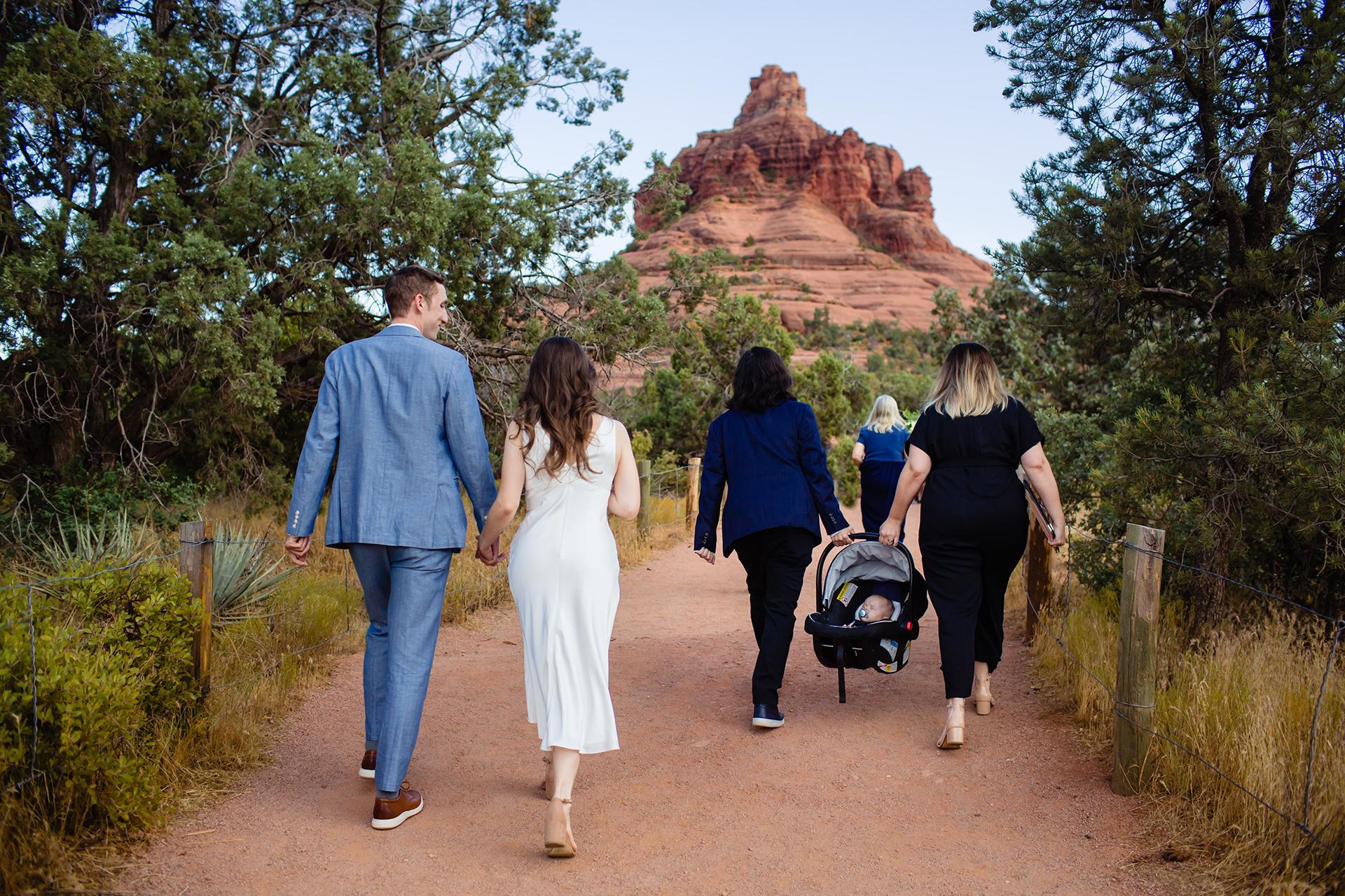 Sedona Hochzeits- & Elopement-Fotografie | Braut und Bräutigam halten sich an den Händen, während sie zu ihrem gewählten Ort wandern
