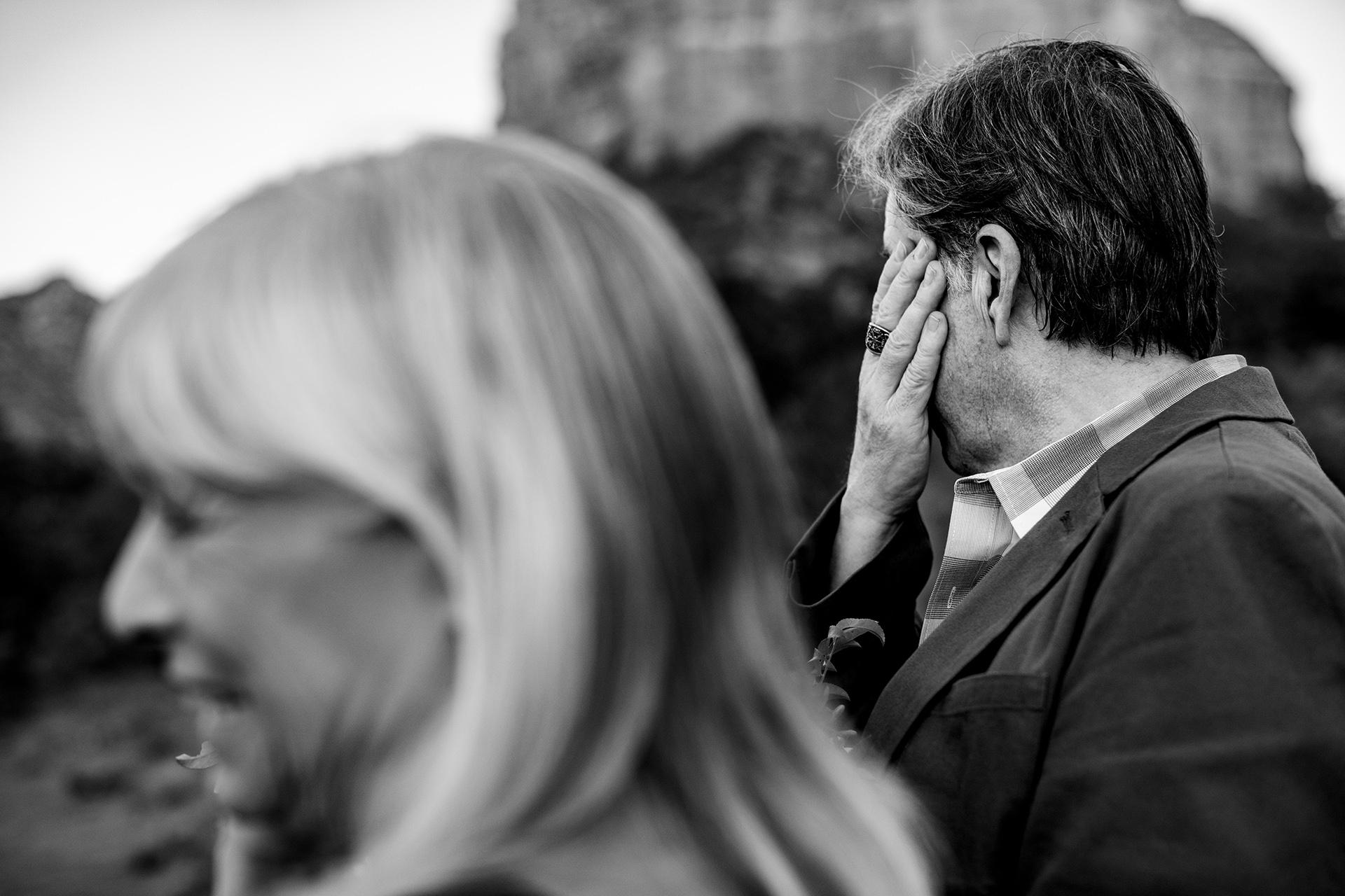 Sedona, AZ Hochzeiten und Sedona Hochzeitsbilder | Der FOB dreht den Kopf und versucht, seine Gefühle einzudämmen