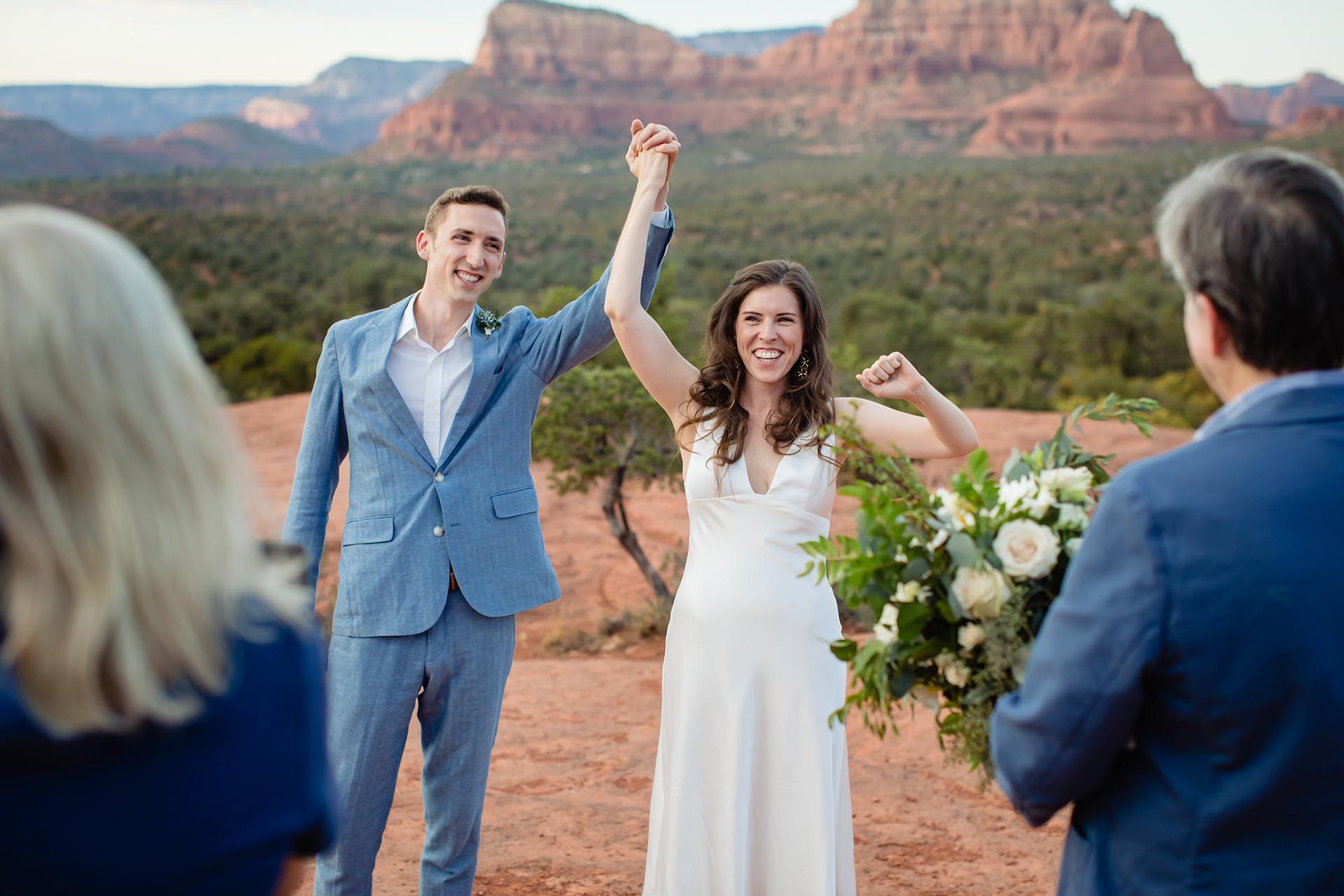 Beste trouwfotografen van Sedona, Arizona | Nadat de ceremonie is voltooid, slaan de bruid en bruidegom de handen vast