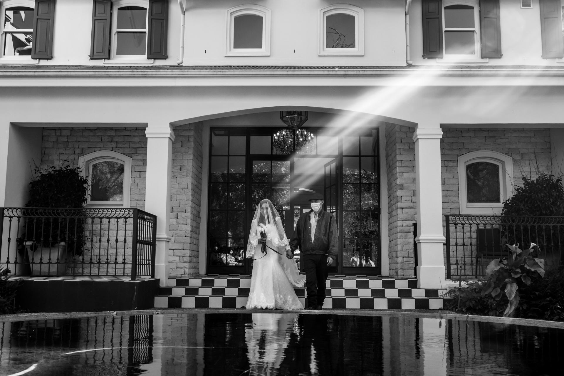 Arambrook Boutique Hotel, Cape Town Wedding Pictures | Una striscia di sole solitaria cade perfettamente sulla sposa
