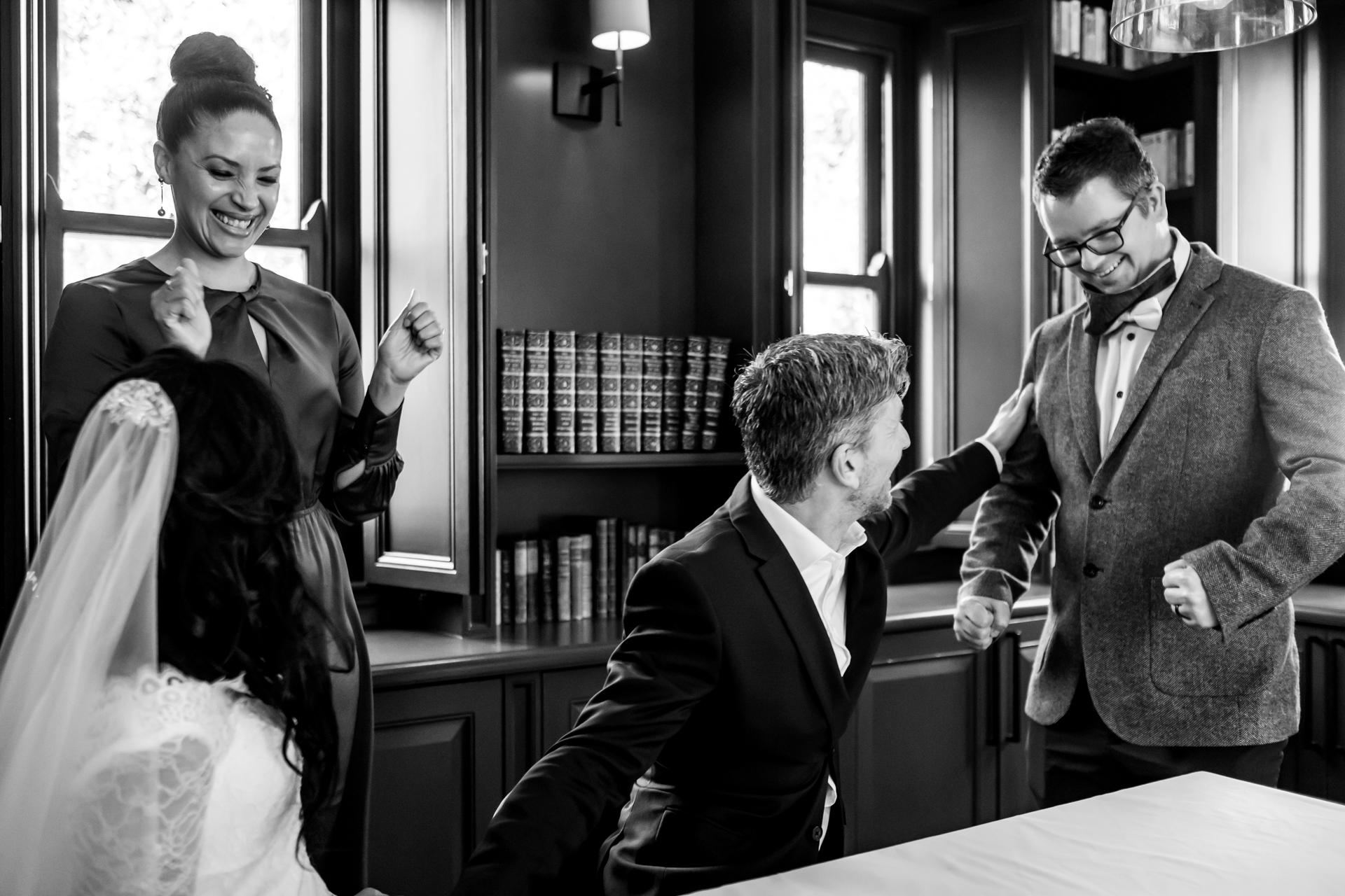 Foto di matrimoni documentari di Arambrook Boutique Hotel | Gli amici della coppia sono felici per loro