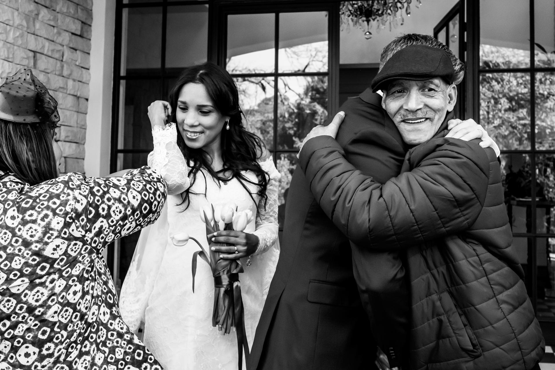 Arambrook Boutique Hotel, Cape Town - Foto di matrimonio di lusso | La famiglia stretta della coppia si congratula con loro