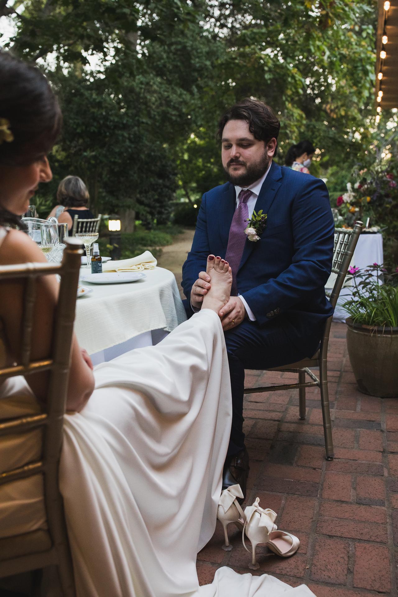 Fotografía de bodas en Elizabeth Gamble Gardens | La novia llevaba unos increíbles tacones de aguja.
