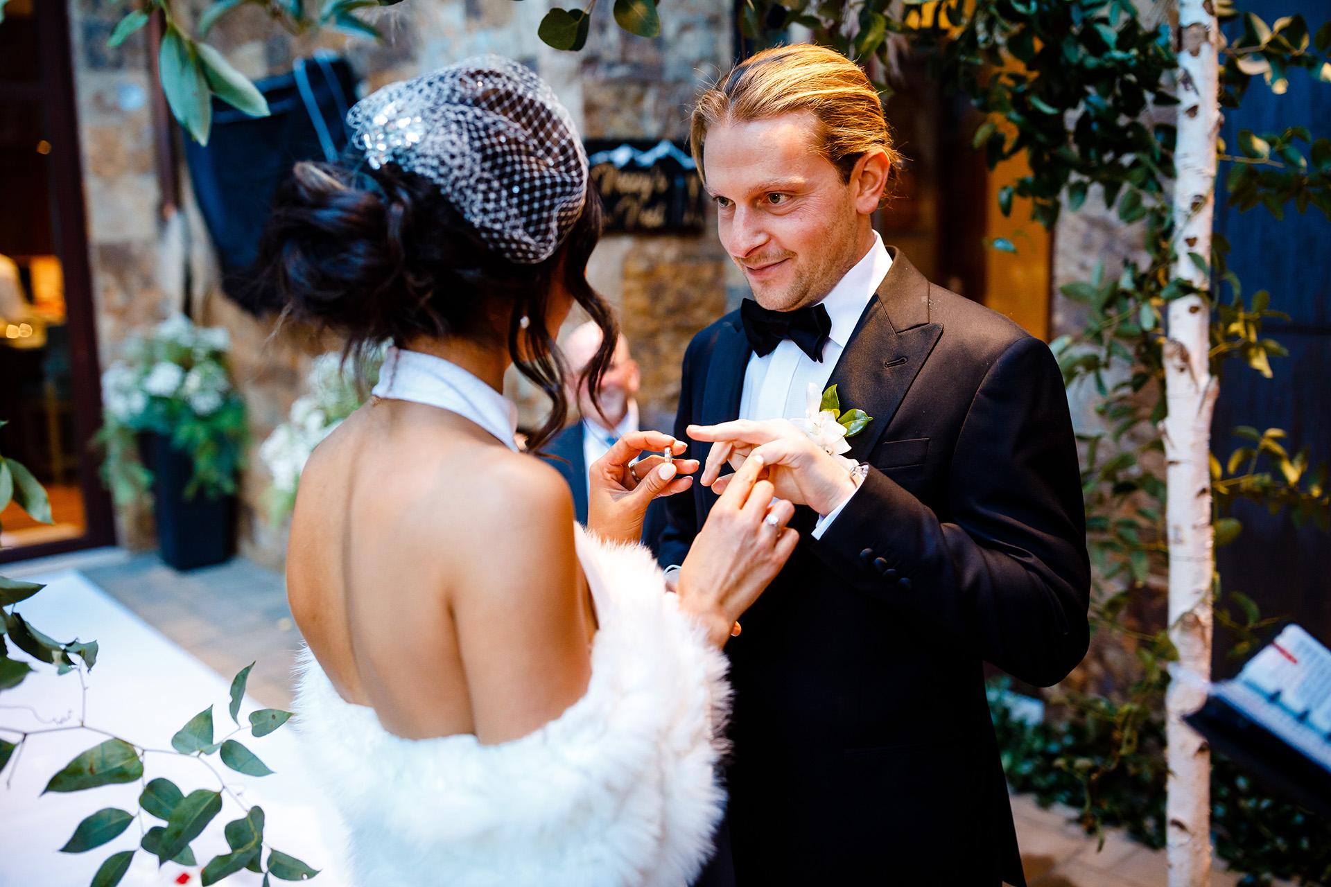 Vail, CO Photographie de mariage   La mariée se prépare à placer la bague sur le doigt du marié