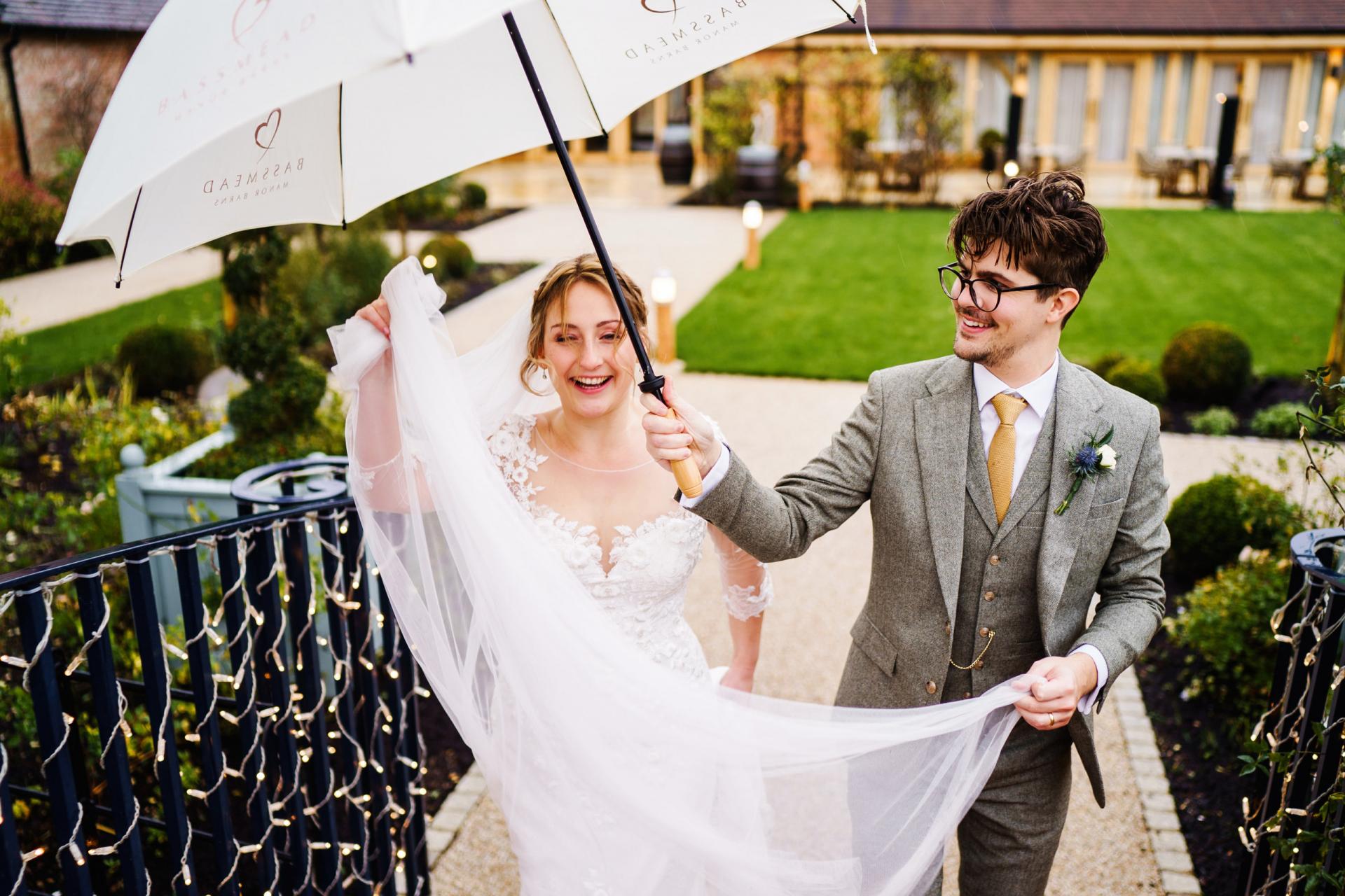 Bassmead, Manor Granges, Staploe, Photos de mariage Saint Neots | Après la cérémonie, les mariés passent du temps seuls ensemble