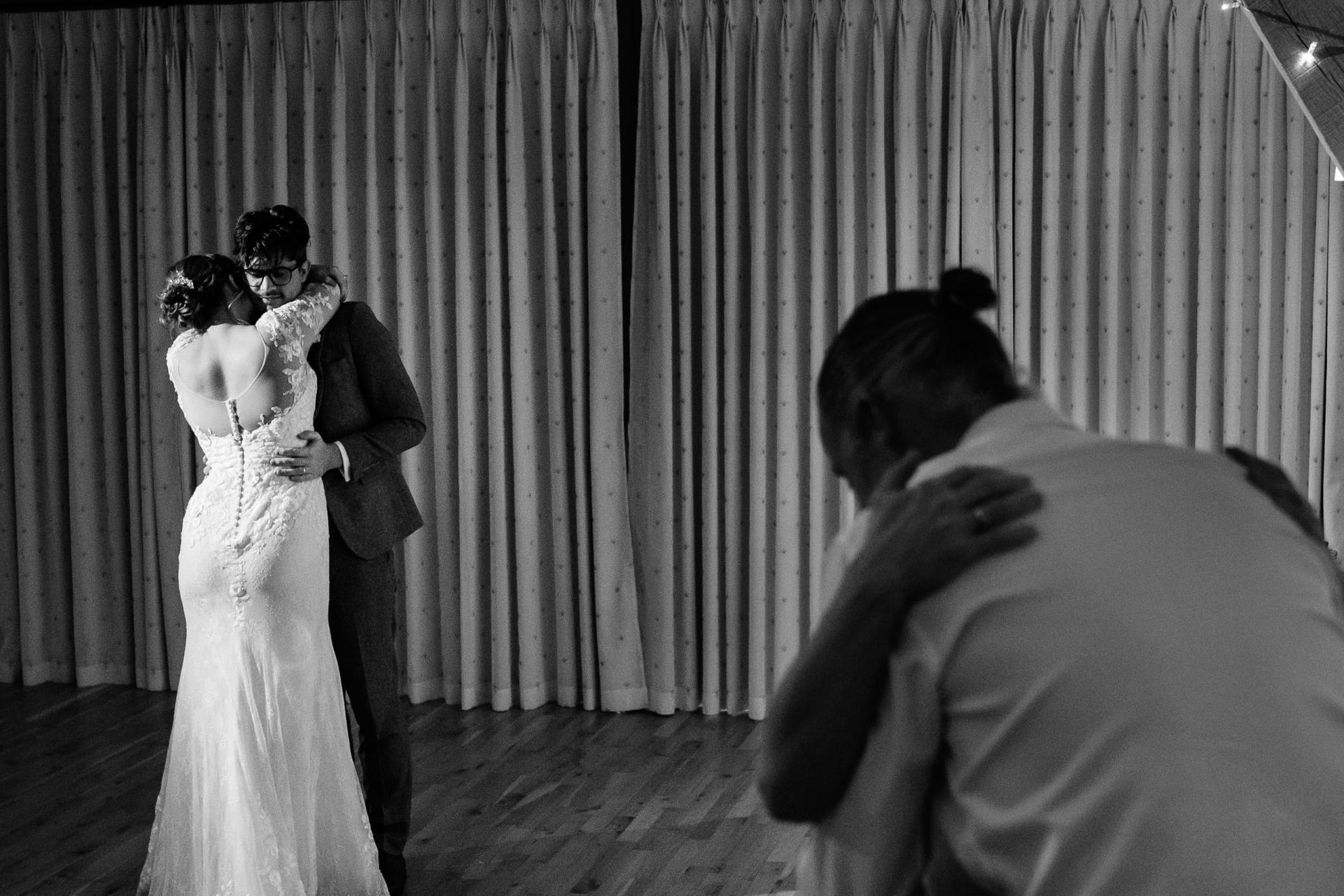 Imagen del lugar de la boda de Bassmead Manor Barn Country | las parejas toman la pista de baile socialmente distanciada