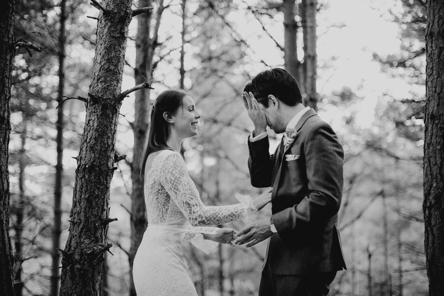 苏格兰的婚礼摄影师| 这对夫妻沉浸在当下并感慨万千