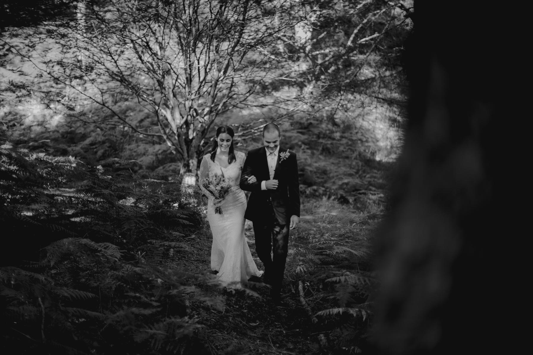 苏格兰婚礼摄影师| 森林地代替了这位新娘的过道