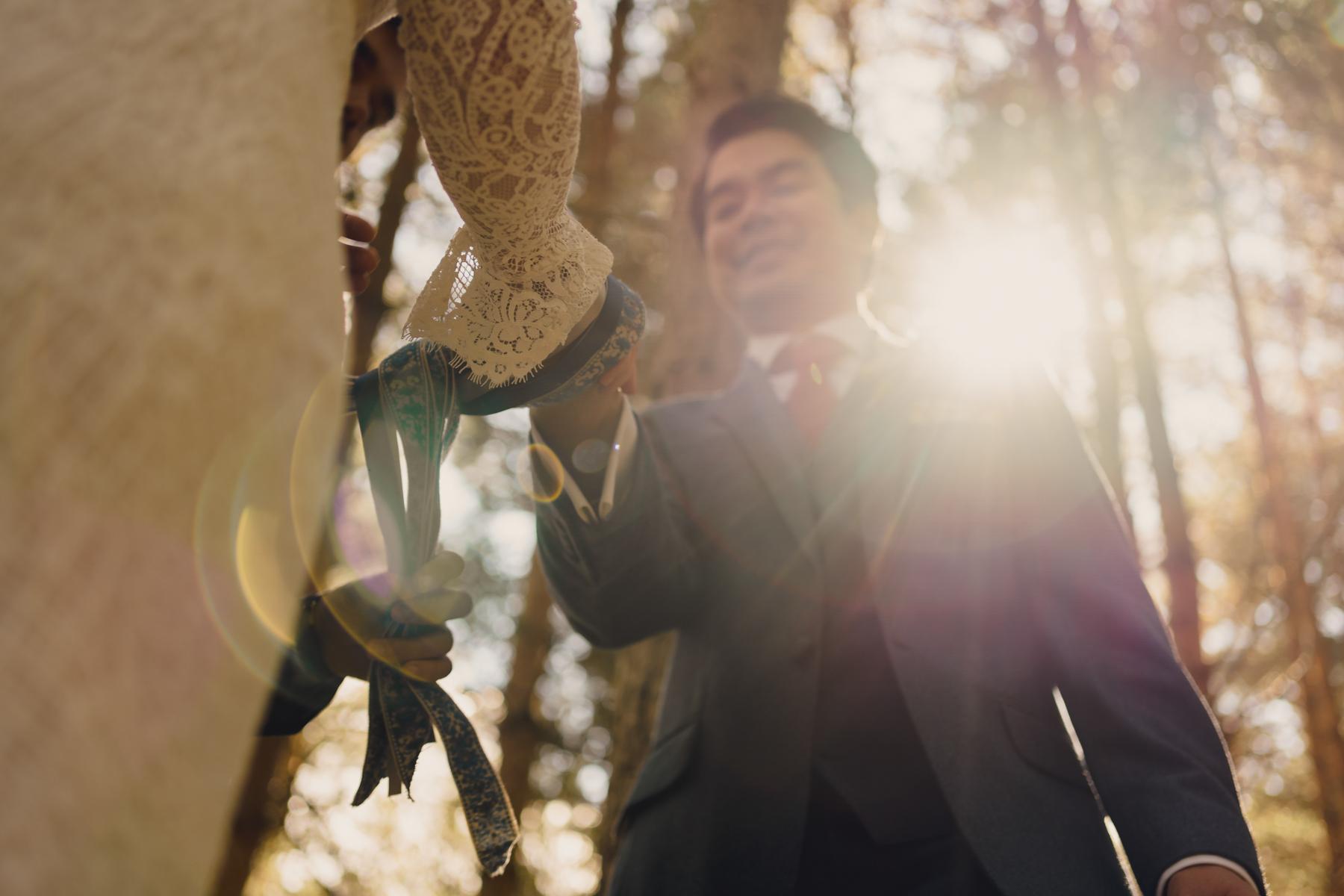 苏格兰的婚礼摄影师| 新娘和新郎结合了苏格兰的打结传统。