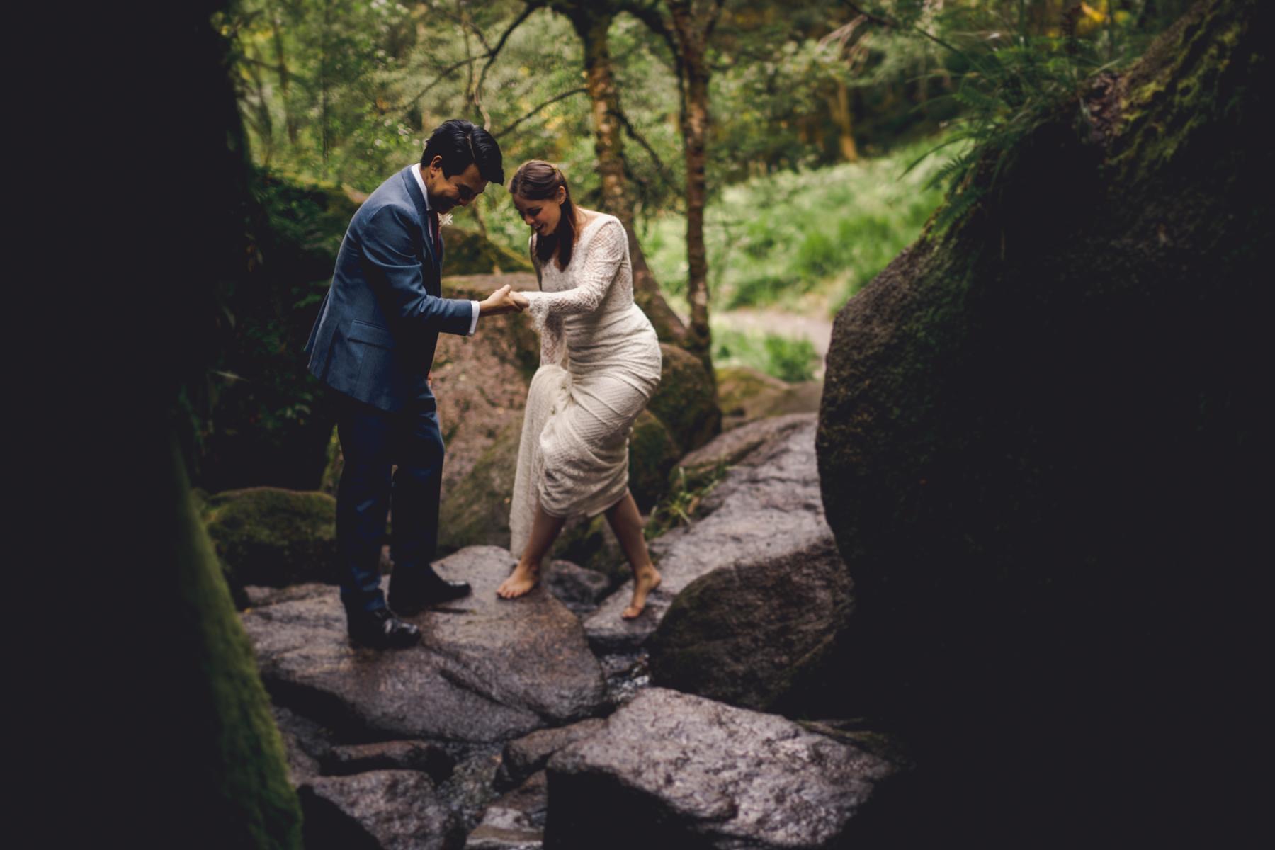 苏格兰的户外婚礼摄影师| 新娘脱鞋跟新丈夫出去散步