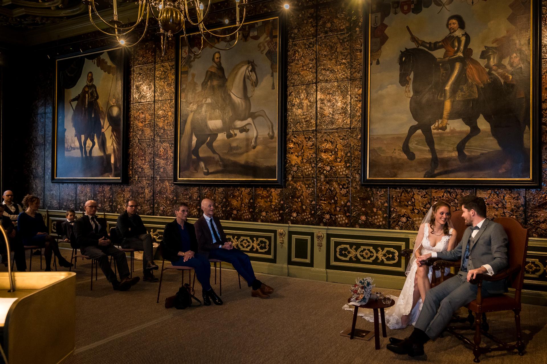 Hôtel de ville de Harderwijk - Cérémonie de mariage néerlandais Photo | Les mariés sont assis ensemble à l'avant d'une pièce richement décorée