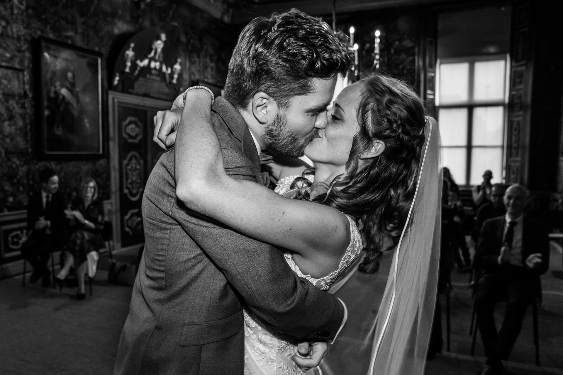 Cérémonie de mariage NL Photo de la mairie de Harderwijk | À la fin de la cérémonie, les mariés partagent leur premier baiser