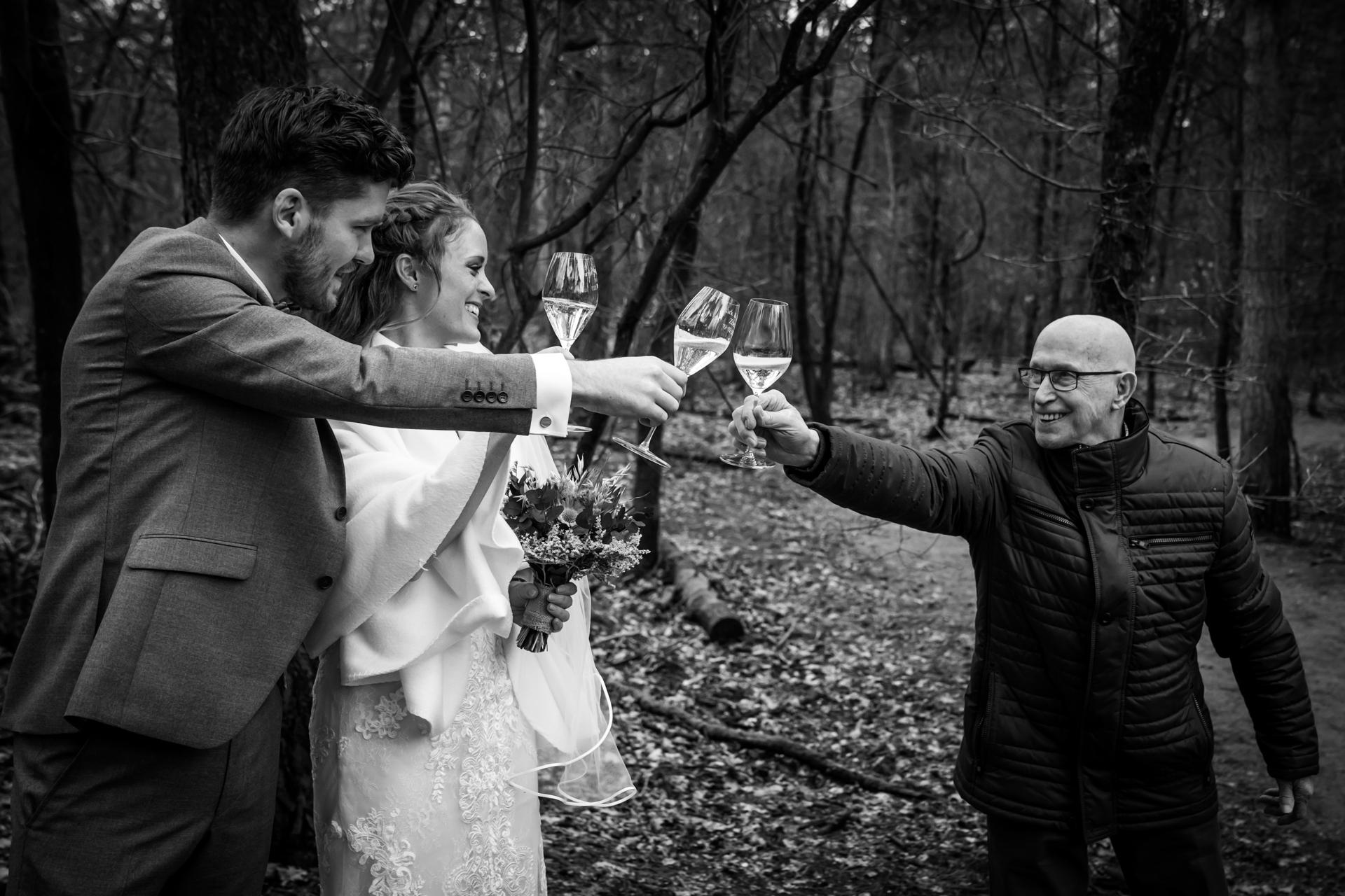 Strokerbos, Photographie de mariage à Harderwijk | les mariés ont porté un toast avec leur famille et leurs amis