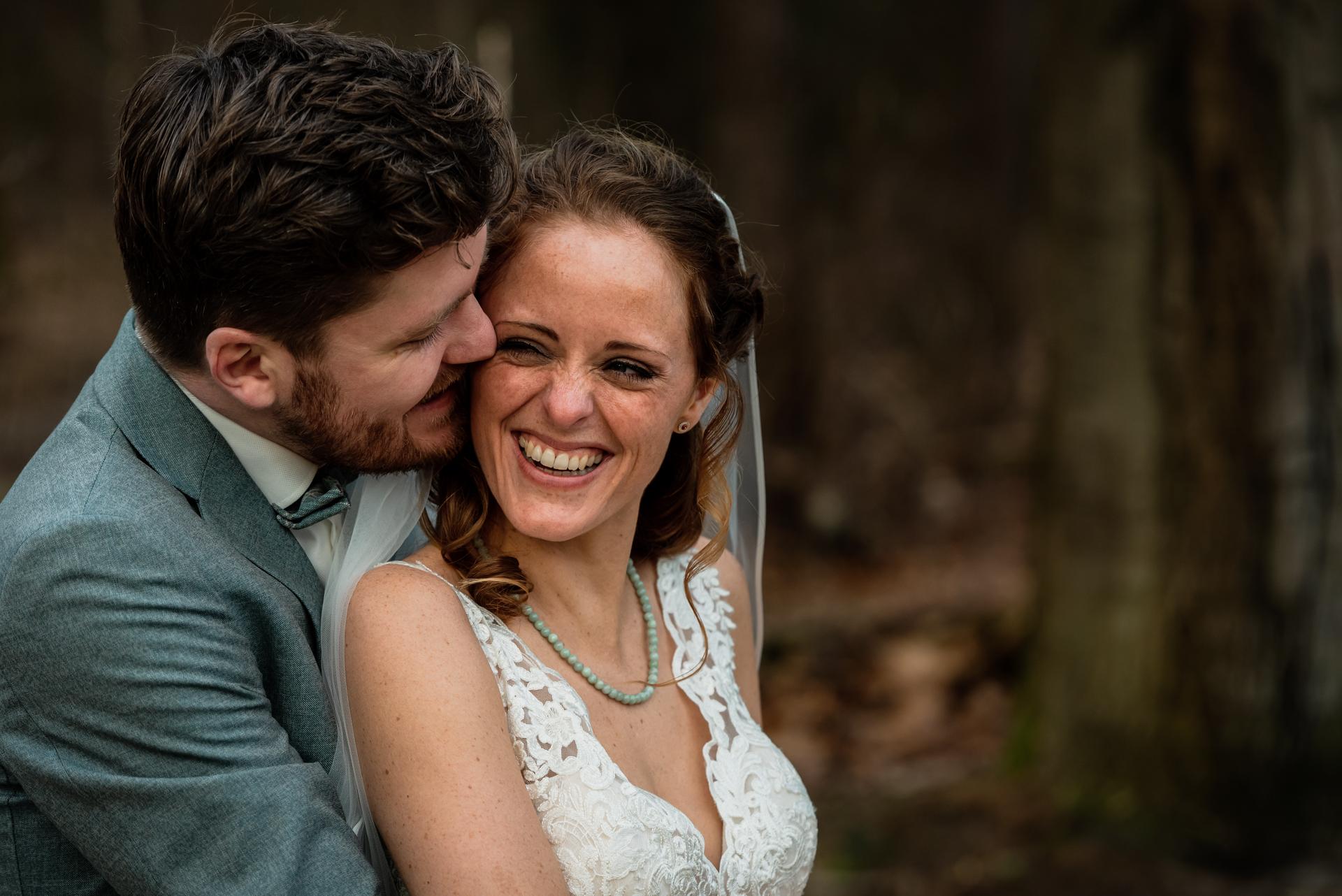 Harderwijk NL Wedding Couple Image | Le couple profite de ce moment intime ensemble au milieu de la forêt pittoresque