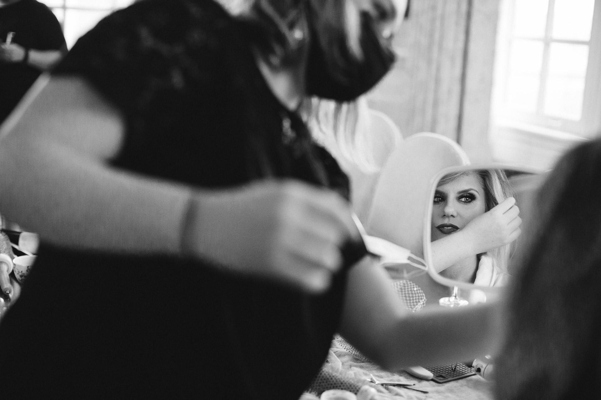 Photographie de lieu de mariage à Washington DC - Hay-Adams | La mariée recevant les derniers coups de maquillage dans la suite présidentielle