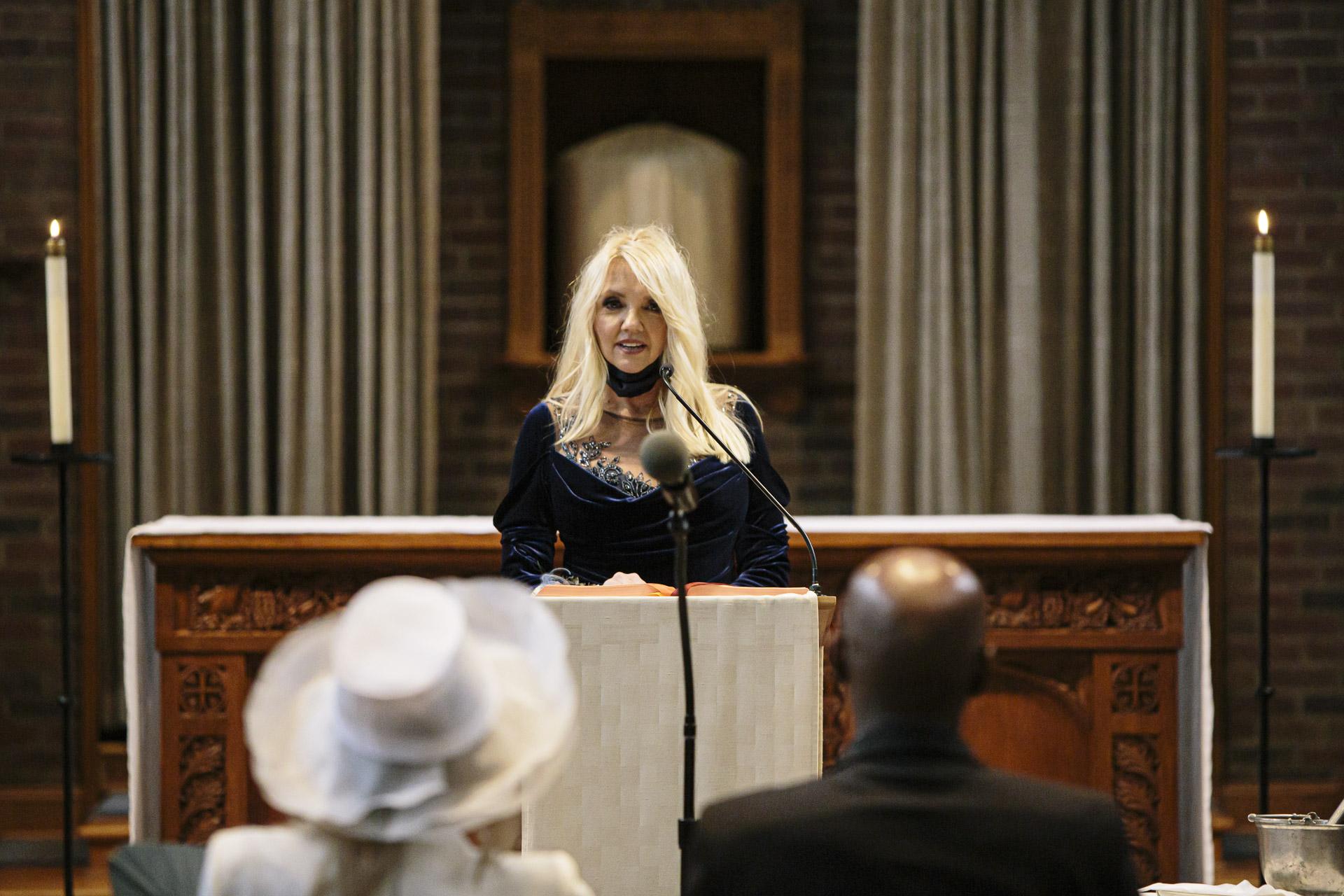 Abbaye de St. Anselm - Cérémonie de mariage à Washington, DC Photo | La mère de la mariée lors de sa lecture