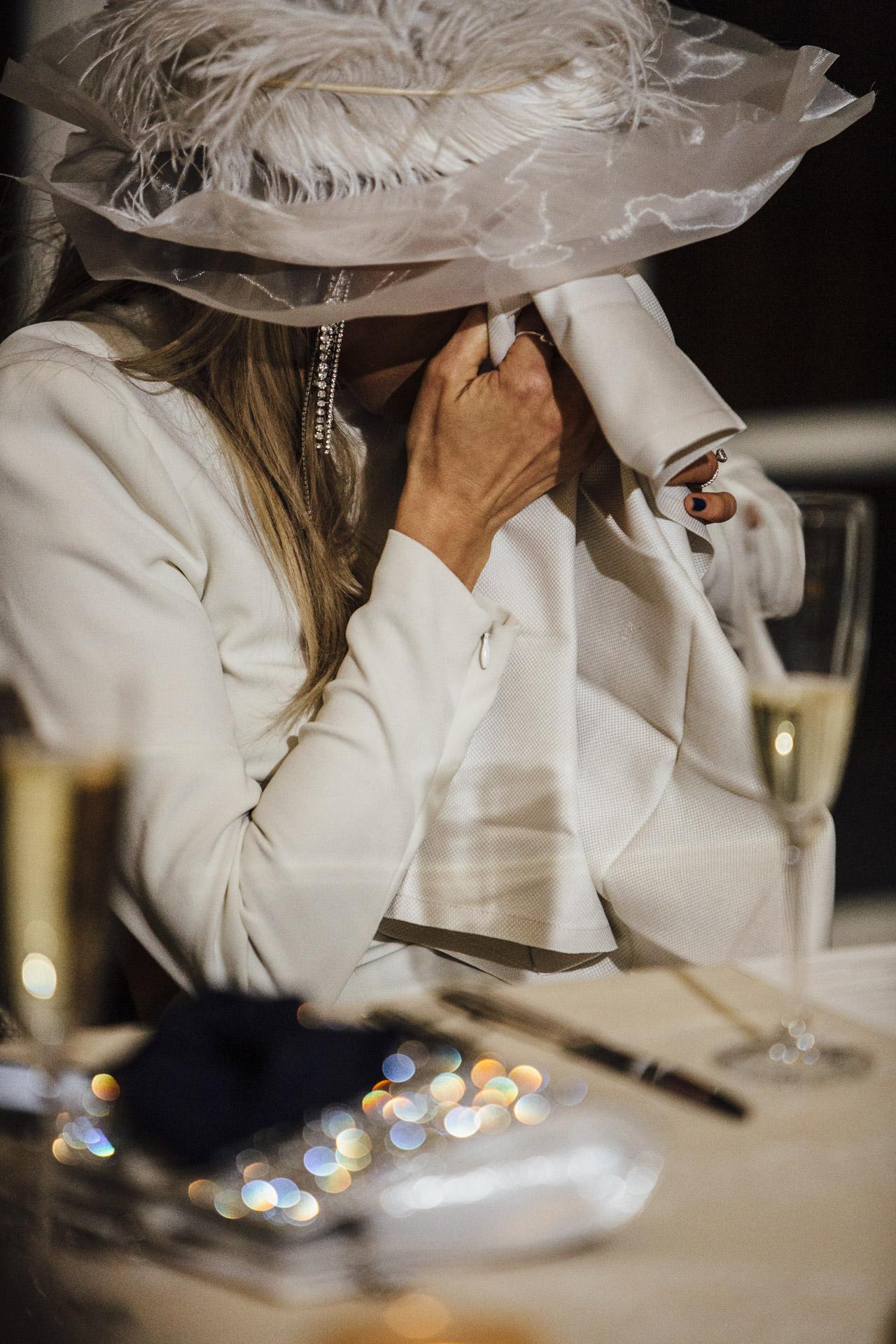 Le Hay Adams Hotel, Washington, DC Image de lieu de mariage | La mariée émue séchant ses larmes lors du discours de sa meilleure amie